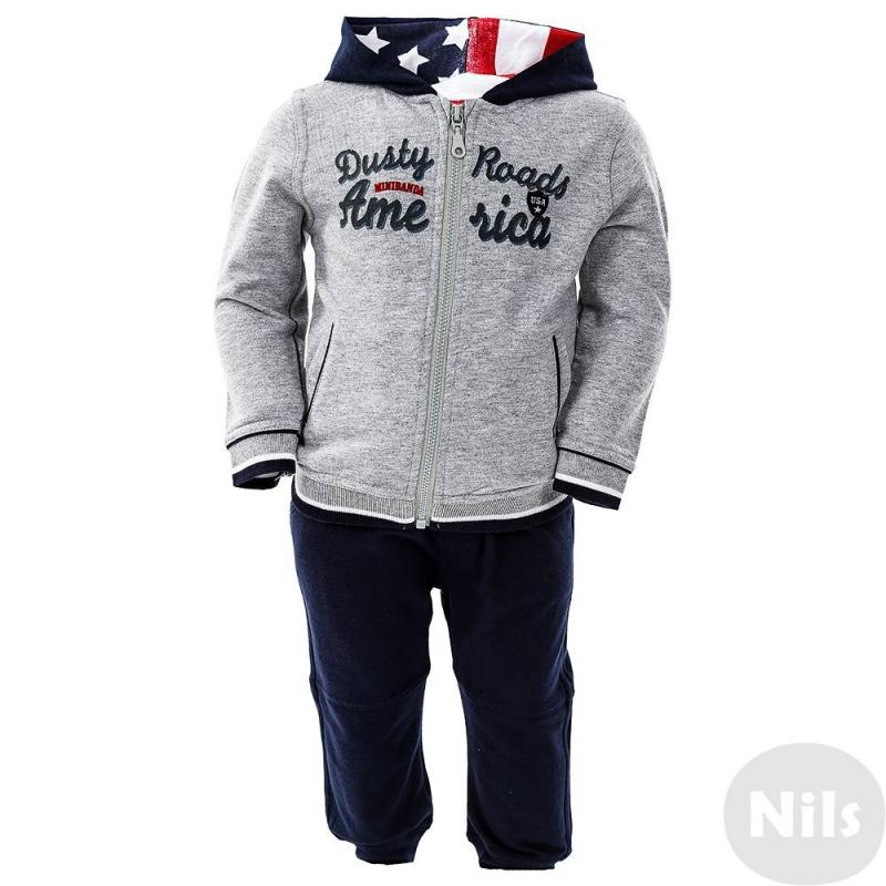 КомплектКомплект из толстовки и брюк марки MINIBANDA для мальчиков. Синие брюки из хлопкового трикотажа имеют два кармана спереди и фальш-карман справа сзади, удобный пояс на широкой резинке. Сераятолстовка с капюшоном застегивается на молнию. Толстовка украшена надписью Dusty Roads America, двумя карманами-обманками спереди, синими заплатками на локтях. Подкладка капюшона выполнена из ткани с американским флагом. Манжеты и низ толстовки на резинке.<br><br>Размер: 9 месяцев<br>Цвет: Серый<br>Рост: 74<br>Пол: Для мальчика<br>Артикул: 611175<br>Страна производитель: Китай<br>Сезон: Всесезонный<br>Состав верха: 100% Хлопок<br>Состав низа: 100% Хлопок<br>Бренд: Италия