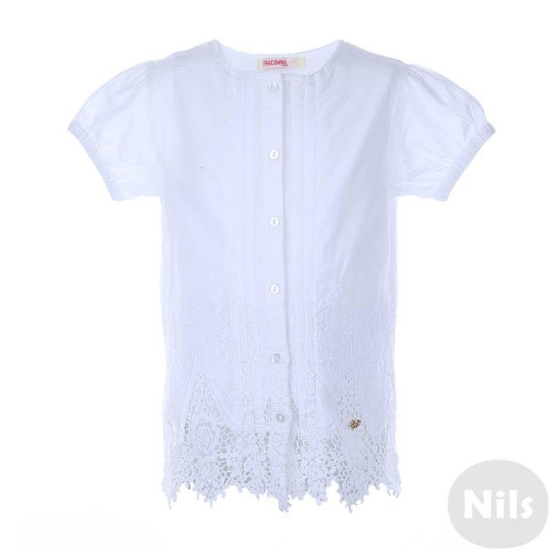 БлузкаБелая блузка марки Fracomina mini для девочек. Блузка без воротничка с коротким рукавом выполнена из чистого хлопка, продублирована тонкой подкладкой. Блузка украшена декоративными складками, нижняя часть украшенавышивкой и кружевом. Рукава-фонарики на резинке. Блузка застегивается на пуговицы.<br><br>Размер: 5 лет<br>Цвет: Белый<br>Рост: 110<br>Пол: Для девочки<br>Артикул: 613243<br>Страна производитель: Индия<br>Сезон: Весна/Лето<br>Состав: 100% Хлопок<br>Состав подкладки: 100% Хлопок<br>Бренд: Италия<br>Вид застежки: Пуговицы