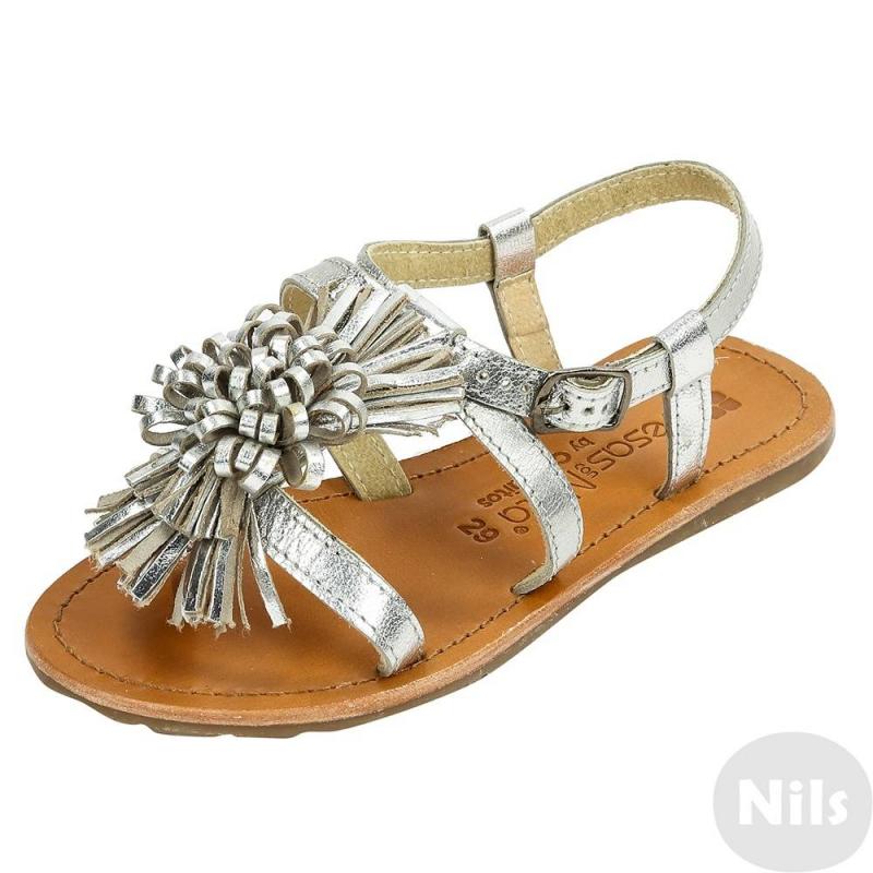 СандалииСеребристые сандалии марки Conguitos для девочек. Открытые сандалии с регулируемой застежкой-ремешком полностью выполнены из натуральной кожи, украшены объемным цветком. Прочная нескользящая подошва сделана из термопластичной резины.<br><br>Размер: 34<br>Цвет: Серый<br>Пол: Для девочки<br>Артикул: 614446<br>Страна производитель: Испания<br>Сезон: Весна/Лето<br>Материал верха: Натуральная кожа<br>Материал подкладки: Натуральная кожа<br>Материал стельки: Натуральная кожа<br>Материал подошвы: ТПР (термопластичная резина)<br>Бренд: Испания