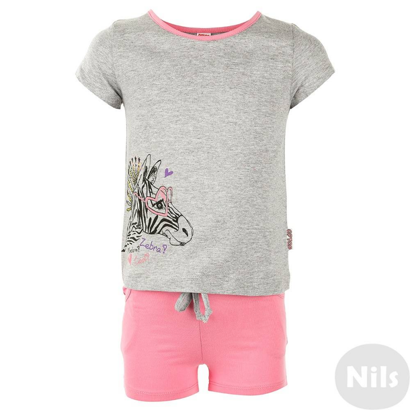 КомплектКомплект шорты + футболка марки CrocKid для девочек. Летний комплект выполнен из хлопкового трикотажа. Серая футболка с коротким рукавом украшена стильным принтом с зеброй. Розовые шорты с двумя карманами имеют пояс на резинке, который дополнительно регулируется шнурком.<br><br>Размер: 5 лет<br>Цвет: Серый<br>Рост: 110<br>Пол: Для девочки<br>Артикул: 614199<br>Страна производитель: Узбекистан<br>Сезон: Весна/Лето<br>Состав верха: 100% Хлопок<br>Состав низа: 100% Хлопок<br>Бренд: Россия