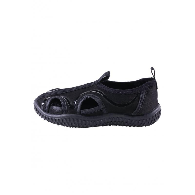 Купальные тапочкиТапочки для купания черногоцвета марки Reima отлично защищают от солнца (UV50), что делает их незаменимым аксессуаром для отдыха на пляже. Тапочки с вырезами выполнены из эластичного дышащего материала, который быстро сохнет. Легкая рельефная подошва предотвращает скольжение. Рисунок на съемных стельках помогает выбрать правильный размер.<br>К обуви прилагается удобная сетчатая сумочка со шнурком, в которой тапочки можно взять с собой на пляж.<br><br>Размер: 27<br>Цвет: Черный<br>Пол: Для мальчика<br>Артикул: 615548<br>Страна производитель: Китай<br>Сезон: Весна/Лето<br>Материал верха: Текстиль<br>Материал подкладки: Текстиль<br>Материал стельки: Текстиль<br>Материал подошвы: ТПР (термопластичная резина)<br>Бренд: Финляндия