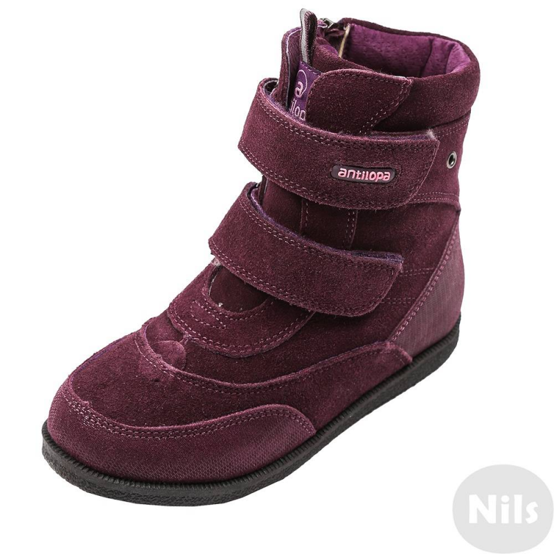 БотинкиВысокие ботинки фиолетового цвета марки Antilopa для девочек. Теплые зимние ботинки выполнены из натуральной замши, подкладка - из натурального меха. Две регулируемые застежки-липучки обеспечивают отличную посадку по ноге. Прочная но гибкая подошва из термопластика не скользит. Для удобства переобуванияботинки застегиваются на молнию сбоку.<br><br>Размер: 34<br>Цвет: Сливовый<br>Пол: Для девочки<br>Артикул: 617395<br>Бренд: Россия<br>Страна производитель: Китай<br>Сезон: Осень/Зима<br>Материал верха: Натуральная замша<br>Материал подкладки: Натуральный мех<br>Материал стельки: Натуральный мех<br>Материал подошвы: ТЭП (термопластик)