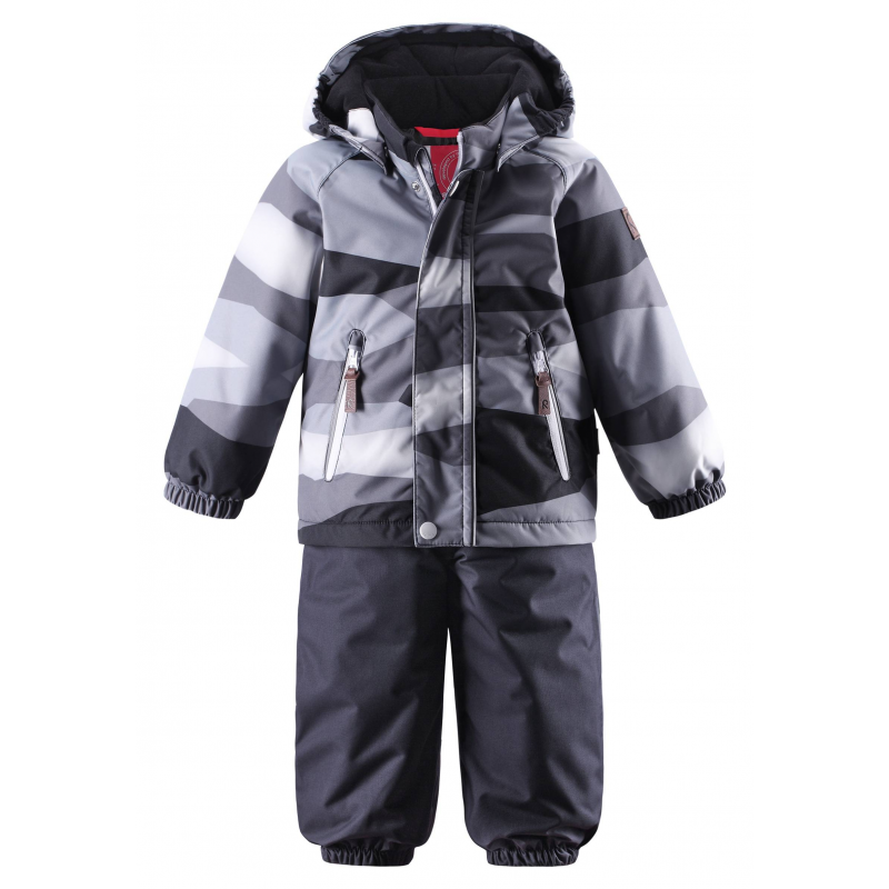 КомплектЗимний комплект черногоцвета марки REIMAдля мальчиковсшит из водонепроницаемого грязеотталкивающего материала с мембраной 10000 мм.Комплект ветронепроницаемый, но материал дышит, обеспечиваясухость и тепло.<br>На курткедва кармана на молнии, эластичные манжеты, а также безопасный съемный капюшон на кнопках, дополненный мягкойподкладкой.<br>Брюки на регулируемых подтяжках имеют удобный пояс на резинке и съемные штрипки из прочного текстиля. Низ брюк на резинке для защиты от снега. Брюки застегиваются на молнию.<br>Комплект оснащен множеством светоотражающих деталей для безопасности ребенка.<br>Комплект не теряет своих свойств при многократнойстирке в стиральной машине, быстро сохнет. Легкие загрязнения можнопротереть влажной губкой.<br><br>Размер: 12 месяцев<br>Цвет: Черный<br>Рост: 80<br>Пол: Для мальчика<br>Артикул: 618377<br>Страна производитель: Китай<br>Сезон: Осень/Зима<br>Состав: 100% Полиэстер<br>Состав подкладки: 100% Полиэстер<br>Бренд: Финляндия<br>Наполнитель: 100% Полиэстер<br>Покрытие: Полиуретан<br>Температура: от 0° до -20°<br>Вес утеплителя: 140 г / 160 г
