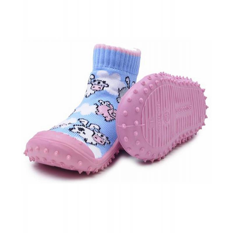 Носки с резиновой подошвойНоски голубого цвета с резиновой подошвой марки Skidders для девочек.<br>Инновационная обувь для детей Skidders идеальна как для первых шагов вашего малыша, так и для уверенной ходьбы. Обувь предназначена как для домашнего использования, так и для сухой погоды на улице, хорошо сидит на ноге. Благодаря удобным резинкам на щиколотке не сползает с ножки, а резиновая подошва с протектором не скользит. Подошва очень гибкая, износостойкая, создана по форме ноги. Носки имеют анатомическую стельку, что обеспечивает правильное формирование свода детской стопы.<br>Текстильный верх украшен милым и оригинальным принтом. Обувь можно стирать в стиральной машине.<br><br>Размер: 23<br>Цвет: Голубой<br>Пол: Для девочки<br>Артикул: 622922<br>Страна производитель: Китай<br>Сезон: Всесезонный<br>Материал подошвы: Резина<br>Состав: 78% Нейлон, 20% Полиэстер, 2% Лайкра<br>Бренд: США