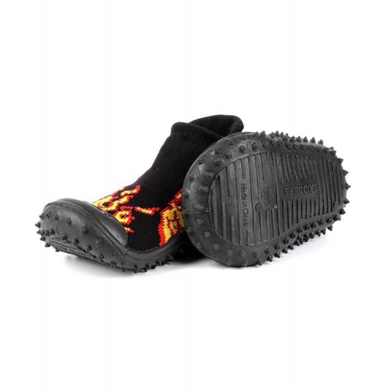Носки с резиновой подошвойНоскичерногоцвета с резиновой подошвой марки Skidders длямальчиков.<br>Инновационная обувь для детей Skidders идеальна как для первых шагов вашего малыша, так и для уверенной ходьбы. Обувь предназначена как для домашнего использования, так и для сухой погоды на улице, хорошо сидит на ноге. Благодаря удобным резинкам на щиколотке не сползает с ножки, а резиновая подошва с протектором не скользит. Подошва очень гибкая, износостойкая, создана по форме ноги. Носки имеют анатомическую стельку, что обеспечивает правильное формирование свода детской стопы.<br>Текстильный верх украшен оригинальным принтом. Обувь можно стирать в стиральной машине.<br><br>Размер: 19<br>Цвет: Черный<br>Пол: Для мальчика<br>Артикул: 622884<br>Страна производитель: Китай<br>Сезон: Всесезонный<br>Материал подошвы: Резина<br>Состав: 78% Нейлон, 20% Полиэстер, 2% Лайкра<br>Бренд: США