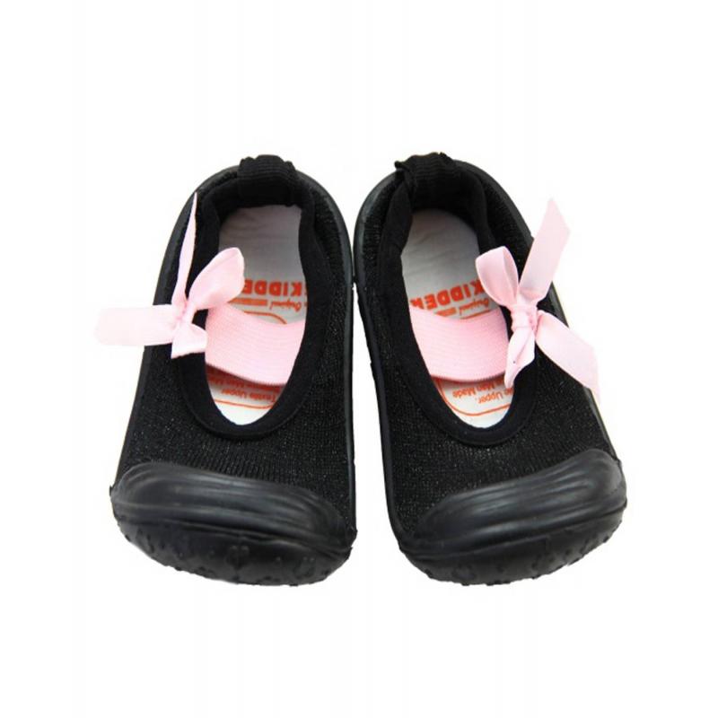 Пинетки с нескользящей подошвойПинетки с нескользящей подошвой черногоцветамарки Skidders для девочек.<br>Инновационная обувь для детей Skidders идеальна как для первых шагов вашего малыша, так и для уверенной ходьбы. Обувь предназначена как для домашнего использования, так и для сухой погоды на улице, хорошо сидит на ноге. Благодаря удобным резинкам на щиколотке не сползает с ножки, а резиновая подошва не скользит. Подошва очень гибкая, износостойкая, создана по форме ноги. Обувьимеет анатомическую стельку, что обеспечивает правильное формирование свода детской стопы.<br>Текстильный верх украшен милым принтом, декорирован бантиком. Обувь можно стирать в стиральной машине.<br><br>Размер: 21<br>Цвет: Черный<br>Пол: Для девочки<br>Артикул: 622938<br>Бренд: США<br>Страна производитель: Китай<br>Сезон: Всесезонный<br>Материал подошвы: Резина<br>Состав: 78% Нейлон, 20% Полиэстер, 2% Лайкра