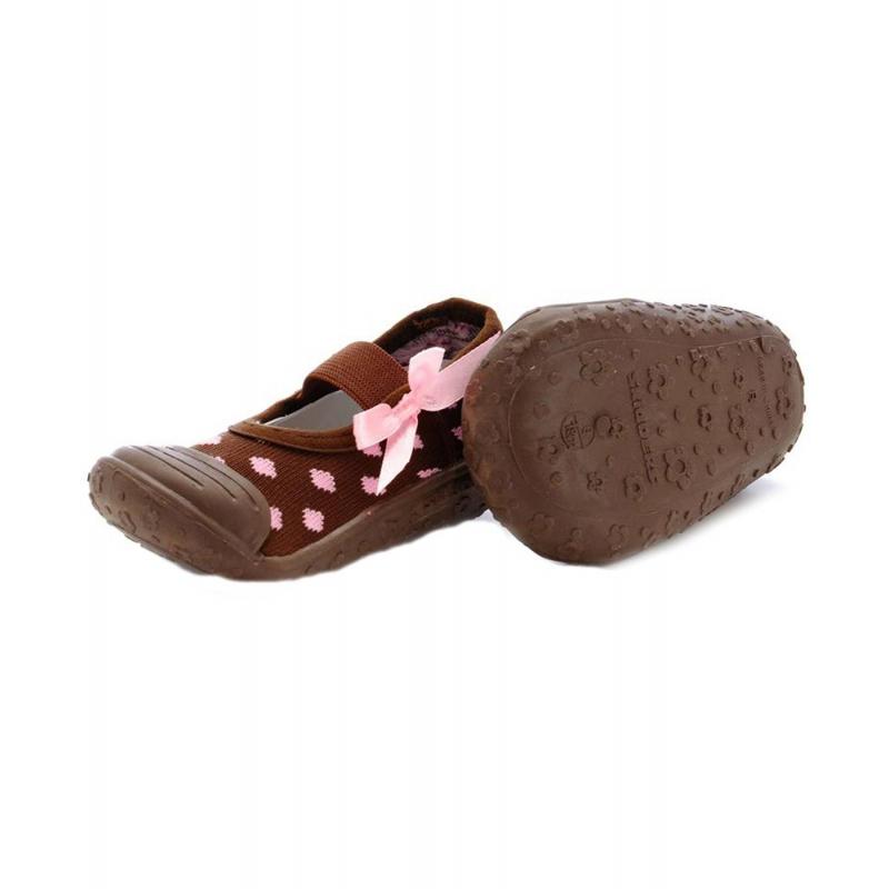 Пинетки с нескользящей подошвойПинетки с нескользящей подошвой коричневогоцветамарки Skidders для девочек.<br>Инновационная обувь Skidders идеальна как для первых шагов вашего малыша, так и для уверенной ходьбы. Обувь предназначена как для домашнего использования, так и для сухой погоды на улице, хорошо сидит на ноге. Благодаря удобным резинкам не сползает с ножки, а прочная резиновая подошва не скользит. Подошва очень гибкая, износостойкая, создана по форме ноги. Обувьимеет анатомическую стельку, что обеспечивает правильное формирование свода детской стопы.<br>Текстильный верх украшен милым принтом, декорирован розовым бантиком. Обувь можно стирать в стиральной машине.<br><br>Размер: 19<br>Цвет: Коричневый<br>Пол: Для девочки<br>Артикул: 622894<br>Бренд: США<br>Страна производитель: Китай<br>Сезон: Всесезонный<br>Материал подошвы: Резина<br>Состав: 76% Нейлон, 24% Полиэстер