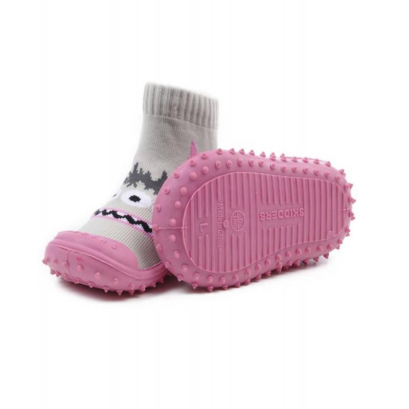 Носки с резиновой подошвойНоски с резиновойподошвой серогоцветамарки Skidders для девочек.<br>Инновационная обувь для детей Skidders идеальна как для первых шагов вашего малыша, так и для уверенной ходьбы. Обувь предназначена как для домашнего использования, так и для сухой погоды на улице, хорошо сидит на ноге. Благодаря текстильному эластичному верху и удобным резинкам на щиколотке такая обувь не сползает с ножки, а резиновая подошва с протектором не скользит. Подошва очень гибкая, износостойкая, создана по форме ноги. Носки имеют анатомическую стельку, что обеспечивает правильное формирование свода детской стопы.<br>Текстильный верх украшен оригинальным принтом с изображением веселых мордочек. Обувь можно стирать в стиральной машине.<br><br>Размер: 21<br>Цвет: Серый<br>Пол: Для девочки<br>Артикул: 622929<br>Бренд: США<br>Страна производитель: Китай<br>Сезон: Всесезонный<br>Материал подошвы: Резина<br>Состав: 78% Нейлон, 20% Полиэстер, 2% Лайкра
