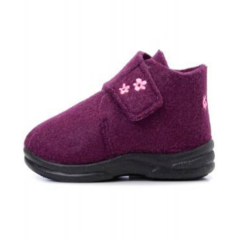 ПинеткиМягкие войлочные ботиночки фиолетовогоцвета марки Skidders длядевочек.<br>Бренд Skidders производит инновационную детскую обувь, которая разработана для активных детей и повседневного использования.<br>Ботиночки имеют прочную гибкую резиновую подошву, которая создана по форме ноги, надежно фиксирует ступню и обеспечивает хорошее сцепление с проверхностью. Стелька имеет антибактериальную пропитку. Комфортные ботиночки можно носить как дома, так и на улице. Застегиваются ботиночки на липучку, украшены вышивкой с цветочками.<br><br>Размер: 21<br>Цвет: Фиолетовый<br>Пол: Для девочки<br>Артикул: 622972<br>Бренд: США<br>Страна производитель: Китай<br>Сезон: Всесезонный<br>Материал подошвы: Резина<br>Состав: 90% Полиэстер, 10% Олефин