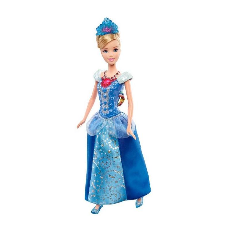 Кукла  Disney Princess Ослепительная ЗолушкаКукла со световыми эффектами Disney Princess Ослепительная Золушка.<br>Кукла Disney Princess - это мечта каждой девочки, которая любит диснеевских принцесс и мультфильмы с их участием. Американская компания Mattel (произвоитель известной куклы Барби) под одним из своих брендов выпустила кукол, оснащенных световыми эффектами. В коллекцию входит три куклы-принцессы: Рапунцель, Золушкаи Ариель.Каждая кукла одета в праздничное бальное платье, также у них есть атрибуты настоящих принцесс - корона и украшение. Именно в этих аксессуарах и таится главный эффект - сияние. Если нажать на ожерелье, а потом покружить куклу в танце, то корона и ожерелье засияют кристаллами.Такая кукла станет гордостью в коллекции игрушек каждой девочки. С принцессой можно танцевать, а ее аксессуары будут ослепительно сиять.<br>Материал: пластик, текстиль.<br>Высота куклы: 29 см.<br><br>Возраст от: 3 года<br>Пол: Для девочки<br>Артикул: 623462<br>Страна производитель: Китай<br>Бренд: США<br>Лицензия: Disney<br>Размер: от 3 лет