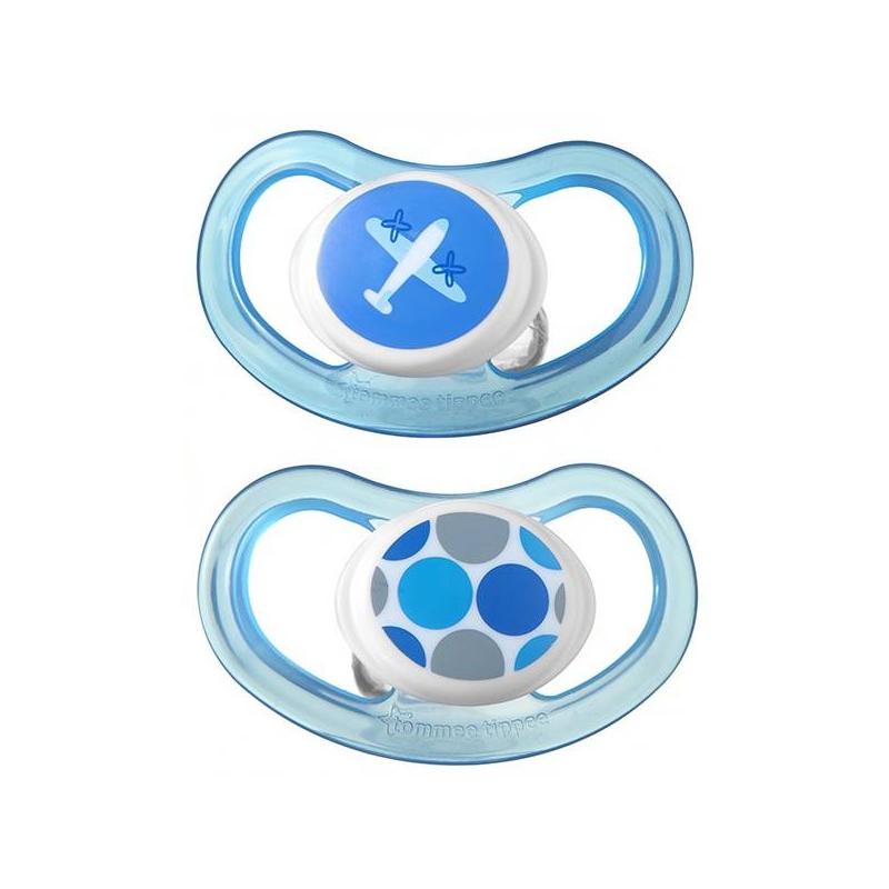 Пустышки силиконовые 9-18 мес. 2 шт.Пустышки C-Air Tommee tippee 2 шт. голубого цвета. Пустышка со специальной соской создана для детей от 9до 18месяцев. Ее разработала английская компания Tommee tippee совместно с ведущими детскими стоматологами.<br>Пустышка серии C-Air с соской, мягко располагающейся вдоль линии рта. Это способствует правильному развитию прикуса, зубов и десен. Одобрена врачами ортодонтами, повторяет форму нёба малыша.<br>Обратите внимание, в основании ободка есть отверстия. Благодаря этому воздух свободно проходит, а слюна не скапливается у рта. Таким образом, нежная кожа малыша будет защищена от раздражения. У пустышки поперечные кольца, вытягивающиеся и сжимающиеся во рту. Это делает процесс сосания удобнее и естественнее для ребенка.<br>Пустышки изготовленыиз качественного, безопасного для детей силикона без БФА.Всемирно известная компания TommeeTippee делает товары для мам и детей (чашки-непроливайки, бутылочки, молокоотсосы и т.д.) с 1964 года.<br>В комплекте – 2 шт.<br><br>Возраст от: 9 месяцев<br>Пол: Для мальчика<br>Артикул: 621139<br>Бренд: Англия<br>Размер: от 9 месяцев