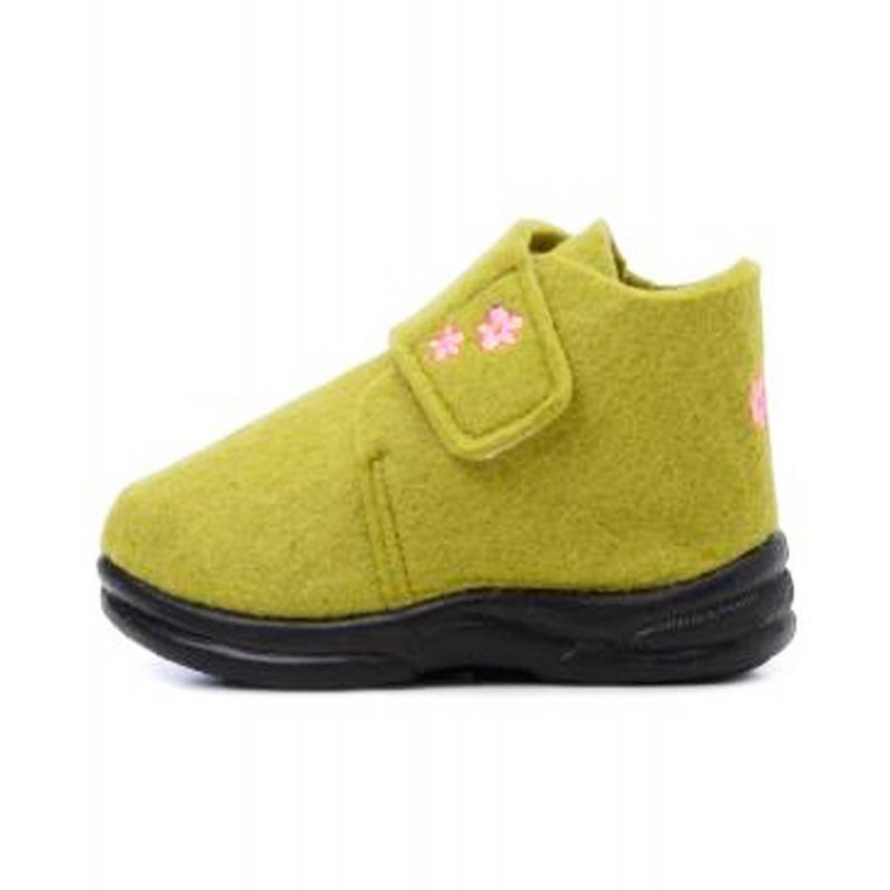 ПинеткиМягкие войлочные ботиночки салатовогоцвета марки Skidders длядевочек.<br>Бренд Skidders производит инновационную детскую обувь, которая разработана для активных детей и повседневного использования.<br>Ботиночки имеют прочную гибкую резиновую подошву, которая создана по форме ноги, надежно фиксирует ступню и обеспечивает хорошее сцепление с проверхностью. Стелька имеет антибактериальную пропитку. Комфортные ботиночки можно носить как дома, так и на улице. Застегиваются ботиночки на липучку, украшены вышивкой с цветочками.<br><br>Размер: 25<br>Цвет: Салатовый<br>Пол: Для девочки<br>Артикул: 622966<br>Страна производитель: Китай<br>Сезон: Всесезонный<br>Материал подошвы: Резина<br>Состав: 90% Полиэстер, 10% Олефин<br>Бренд: США