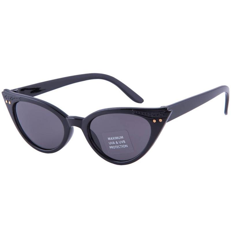 Солнцезащитные очкиСолнцезащитные очки марки Molo для девочек.<br>Модные и удобные солнцезащитные очки не только спасут глаза ребенка от ультрафиолета, но и завершат его образ. Это изделие имеет высокую степень защиты от вредных солнечных лучей - категория 3. Очки прочные и удобные, сделаны из поликарбоната. Эта модель - из новой коллекции датского бренда Molo, выпускающего качественную детскую одежду, обувь и аксессуары.<br>Необходимо помнить, что солнечные очки необходимы детям даже больше, чем их родителям - нежный хрусталик ребенка нуждается в повышенной защите от ультрафиолета. К изделию прилагается индивидуальная фирменная упаковка.<br>Категория: 3 (18-8% светопропускания обеспечат защиту даже от очень яркого дневного солнца)<br>Очки подходят для детей в возрастеот 2до 5лет.<br><br>Размер: 5 лет<br>Цвет: Черный<br>Пол: Для девочки<br>Артикул: 623362<br>Страна производитель: Китай<br>Сезон: Всесезонный<br>Состав: 100% Поликарбонат<br>Бренд: Дания