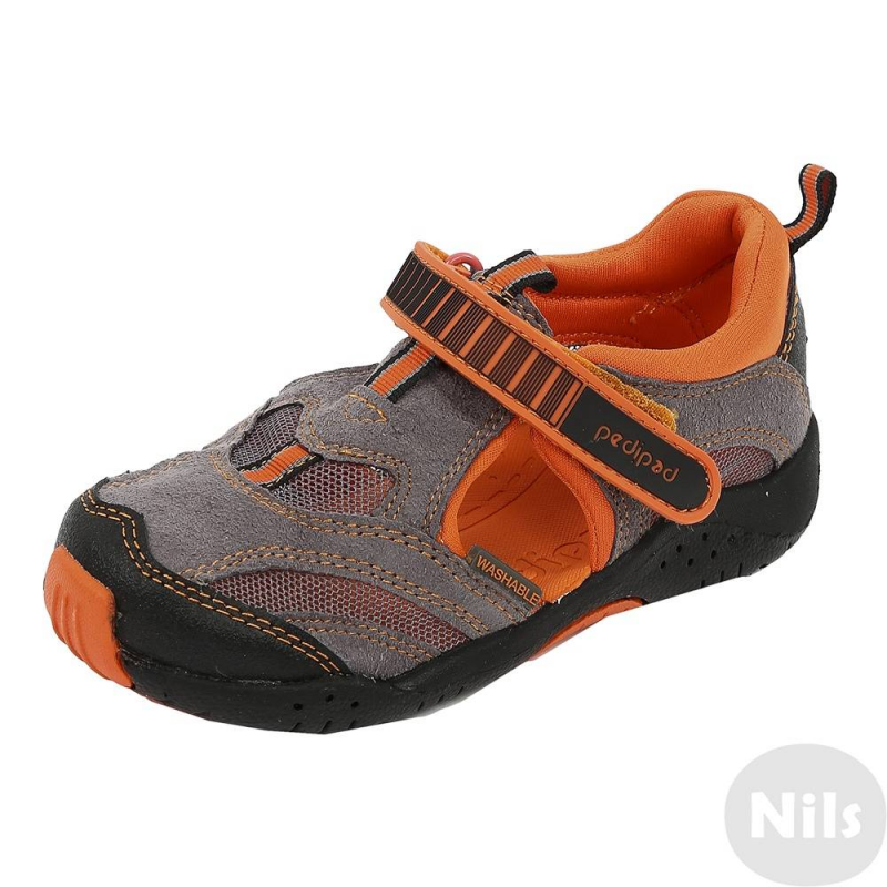 СандалииСандалии серо-оранжевогоцвета марки Pediped серииFlexдля мальчиков. Летние легкие сандалии созданы с учетом всех особенностей развития детской стопы. Верхвыполнен из искусственной замши, дополнен вставками из дышащей сеточки, а также вставками для износостойкости носа и пяточки. Подкладка текстильная, стелька мягкая непромокаемая. Регулируемая застежка-липучка обеспечивает отличное прилегание к ножке.Каучуковая подошва не скользит и не пачкает пол. Сандалии можно носить как на улице, так и в помещении. Сандалии не боятся воды, быстро сохнут. Можно стирать в стиральной машине.<br>Серия Flexсоздана длядетей, которые уже научились ходить, твердо стоят на ногах и ходят уверенно. Обувь этой серии обеспечивает хорошую поддержку свода стопы, а также обладает исключительной гибкостью, помогая здоровому развитию стоп ребенка. Главная особенность серии: возможность продлить срок службы обуви с помощью особой системы регулировки полноты обуви и длины стельки по мере роста ребенка. К каждой паре обуви (кроме сандалий и некоторых других моделей) прилагается дополнительныйкомплект стелек для замены.<br><br>Размер: 32<br>Цвет: Серый<br>Пол: Для мальчика<br>Артикул: 625444<br>Страна производитель: Китай<br>Сезон: Всесезонный<br>Материал верха: Текстиль / Иск. кожа<br>Материал подкладки: Текстиль<br>Материал подошвы: Каучук<br>Бренд: США