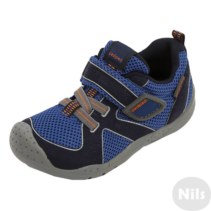 КроссовкиКроссовки синего цвета марки Pediped серии Flex для мальчиков.<br>Модные и комфортные синие кроссовки - отличный вариант обуви для прогулок и активного отдыха. Верх изделия выполнен из прочного материала и текстиля, чтопозволяет детской ноге дышать. Застежка - липучка и декоративная шнуровка из резинки отлично держат обувь на ноге.Кроссовкиможно носить как на улице, так и в помещении.Кроссовки имеют укрепленный мысок и пятку, каучуковая подошва обладает повышенной прочностью, гибкостью, не скользит и не пачкает пол. Кроме того, кроссовки можно стирать в стиральной машине.<br>Серия Flexсоздана длядетей, которые уже научились ходить, твердо стоят на ногах и ходят уверенно. Обувь этой серии обеспечивает хорошую поддержку свода стопы, а также обладает исключительной гибкостью, помогая здоровому развитию стоп ребенка. Главная особенность серии: возможность продлить срок службы обуви с помощью особой системы регулировки полноты обуви и длины стельки по мере роста ребенка.<br><br>Размер: 35<br>Цвет: Синий<br>Пол: Для мальчика<br>Артикул: 625483<br>Бренд: США<br>Страна производитель: Китай<br>Сезон: Всесезонный<br>Материал верха: Текстиль / Иск. кожа<br>Материал подкладки: Текстиль<br>Материал подошвы: Каучук