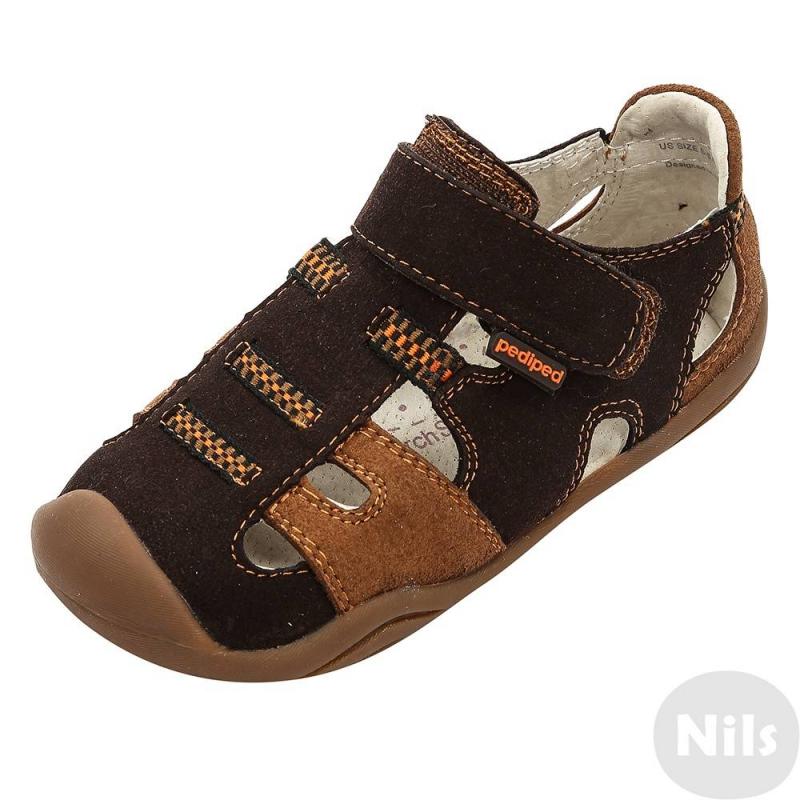 СандалииСандалии коричневогоцвета марки Pediped серии GripnGo для мальчиков. Сандалии созданы с учетом всех особенностей развития стоп у малышей. В этой модели использована технология Memory Foam Technology, которая запоминает форму стопы ребенка и действует как персональная стелька, предотвращает проскальзывание стопы в обуви.Верх выполнен из мягкой искусственной замши, подкладка и стелька - полностью из натуральной кожи. Регулируемая застежка-липучка обеспечивает отличное прилегание к ножке.Каучуковая подошва не скользит и не пачкает пол. Сандалии можно носить как на улице, так и в помещении.<br>СерияGripnGo создана для малышей, которые начинают ходить самостоятельно. Обувь этой серии обеспечивает идеальную комбинацию защиты, поддержки и гибкости,чтобы помочь малышам усовершенствовать свои навыки ходьбы и двигаться более уверенно. Особая технология G2 Technology, по которой сделана подошва, включает закругленные края, которые подстраиваются под естественную форму стопы ребенка, амортизирующую пяточку, снижающую нагрузку на ножки, а также специальное строение носка, которое позволяет малышу поджимать пальчики для поддержания равновесия и более комфортной ходьбы.<br><br>Размер: 20<br>Цвет: Коричневый<br>Пол: Для мальчика<br>Артикул: 625352<br>Страна производитель: Китай<br>Сезон: Всесезонный<br>Материал верха: Текстиль<br>Материал подкладки: Натуральная кожа<br>Материал стельки: Натуральная кожа<br>Материал подошвы: Каучук<br>Бренд: США