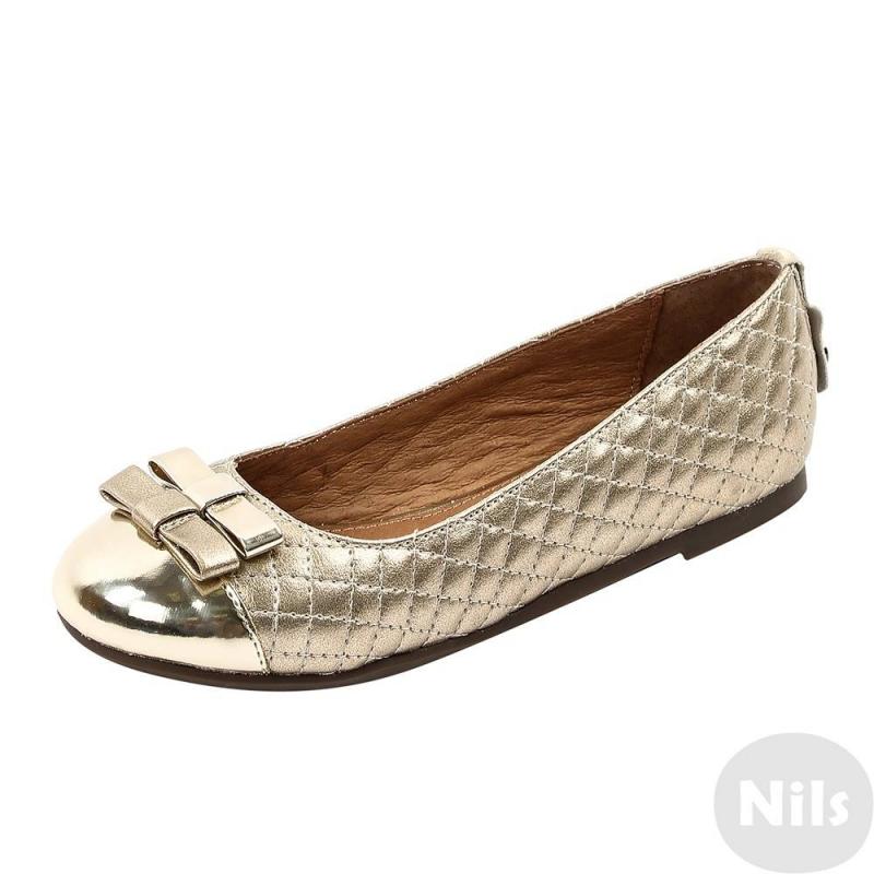 ТуфлиТуфли золотистого цвета марки MAYORAL для девочек.<br>Туфли имеют полиуретановый практичный верх, стелька и подкладка выполненыиз натуральной кожи, подошва из термопластичной резины прочная и не скользит. Туфли украшены декоративной строчкой и элегантным бантом спереди. Удобные, легкие и модныетуфли отлично подойдут для повседневной носки как весной и летом на улице, так и в качестве сменной обуви в любое время года.<br><br>Размер: 35<br>Цвет: Золотой<br>Пол: Для девочки<br>Артикул: 624906<br>Страна производитель: Вьетнам<br>Сезон: Всесезонный<br>Материал верха: Полиуретан<br>Материал подкладки: Натуральная кожа<br>Материал стельки: Натуральная кожа<br>Материал подошвы: ТПР (термопластичная резина)<br>Бренд: Испания