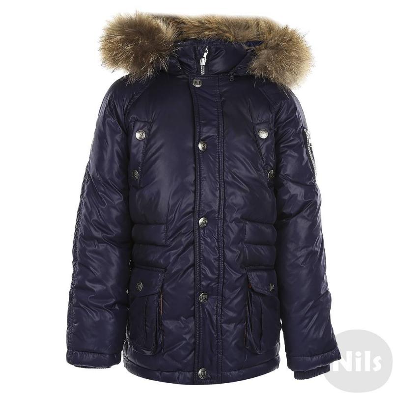 КурткаКуртка-пуховик темно-синего цвета итальянской марки Junior Republic для мальчиковвыполнена изматериалас водоотталкивающей пропиткой, а также с масляной отделкой, придающей ткани особый блеск и защищающей от влаги и грязи. Наполнитель из полиэстерасогревает даже в сильные морозы. Съемный капюшон регулируется эластичным шнурком со стопперами, украшен отделкой из натурального меха, которая пристегивается на кнопках.<br>Застежка-молния с клапаномзащищает от ветра и влаги. Куртка имеет четырекармана на кнопках. Внутренние трикотажные манжеты защищают от снега и ветра. Пояс куртки регулируется на кулиске на внутренней стороне.<br>Размер указан как Рост/Обхват груди/Обхват талии.<br><br>Размер: 10 лет<br>Цвет: Темносиний<br>Размер: 140/72/63<br>Пол: Для мальчика<br>Артикул: 625883<br>Страна производитель: Китай<br>Сезон: Осень/Зима<br>Состав: 100% Нейлон<br>Состав подкладки: 100% Нейлон<br>Бренд: Италия<br>Наполнитель: 100% Полиэстер<br>Температура: до -20°