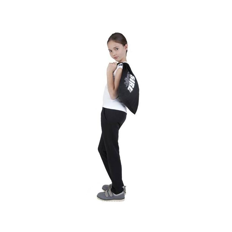 КомплектКомплект футболка + спортивные брюкимарки Gulliver для девочек. Футболка белого цвета имеет короткий рукав, выполнена из хлопкового трикотажа с добавлением эластана. Брюкичерного цвета выполнены из плотного хлопкового трикотажа, дополнены двумя карманами спереди и двумя сзади, имеют широкую резинку на поясе и завязываются на шнурок.<br>В комплект входит мешок на завязках с принтом и логотипом бренда.<br><br>Размер: 11 лет<br>Цвет: Черный<br>Рост: 146<br>Пол: Для девочки<br>Артикул: 626462<br>Страна производитель: Китай<br>Сезон: Всесезонный<br>Состав верха: 95% Хлопок, 5% Эластан<br>Состав низа: 95% Хлопок, 5% Эластан<br>Бренд: Россия