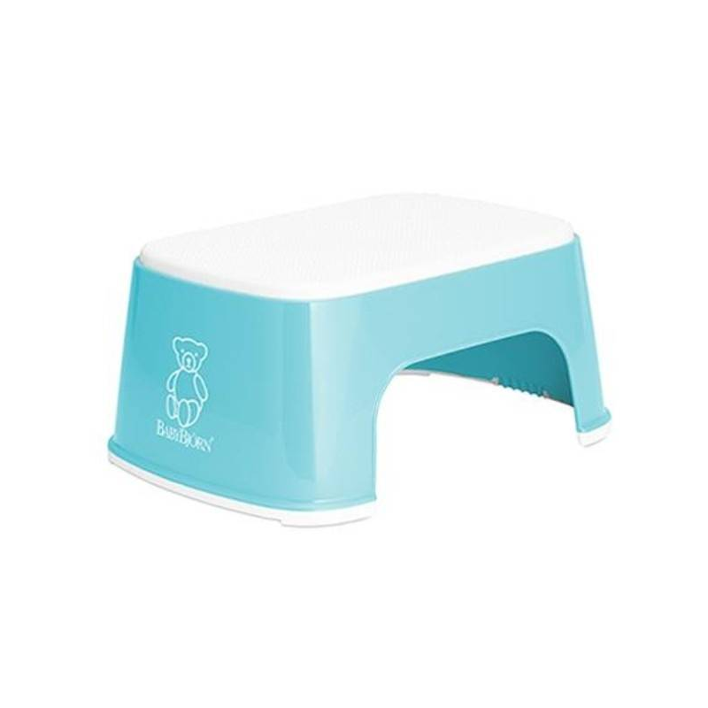 Стульчик-подставкаСтульчик-подставка для малышей от известного шведского бренда BabyBjorn. Ваш малыш будет рад, что сможет умываться и чистить зубки самостоятельно, как взрослые.<br>Стоя на этом красивом стульчике, ребёнок сможет без труда умываться и чистить зубки без помощи родителей, а также запросто забираться на унитаз. Резиновое покрытие предохраняет от соскальзывания, даже если рёбенок встанет на него мокрыми ножками. Широкие резиновые планки обеспечивают устойчивое положение стульчика на полу и не дадут ему двигаться, несмотря на то, что многие детки очень активны и не могут устоять спокойно и во время умывания. Изделие просто в уходе, легко споласкивается тёплой водой или протирается влажной тканью, имеет компактную удобную форму, не занимает много места.<br>Материал:полипропилен.<br>Цвет: голубой<br><br>Цвет: Голубой<br>Возраст от: 12 месяцев<br>Пол: Не указан<br>Артикул: 628276<br>Бренд: Швеция<br>Размер: от 12 месяцев