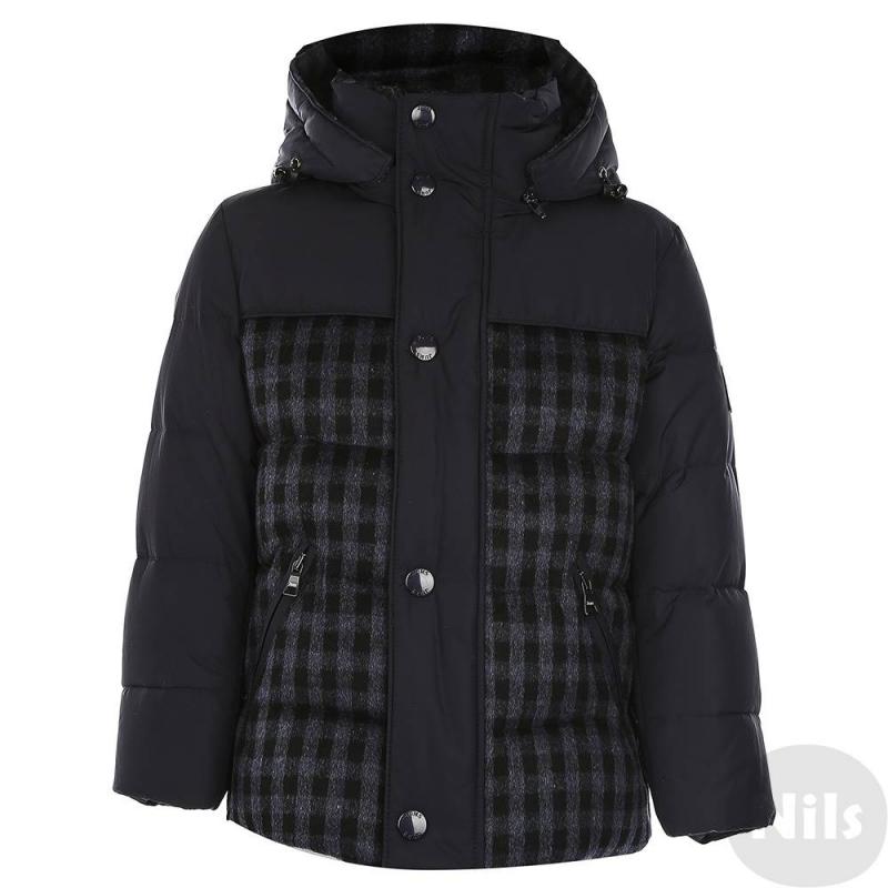 КурткаКуртка-пуховик темно-синегоцвета марки JUMS длямальчиков.Теплая куртка от латвийского бренда JUMS обязательно понравится мальчикам. Нижняя часть куртки выполнена из шерстяного материала. Курткасо съемным капюшоном и двумя карманами на молниирегулируется на талии с помощью шнурка со стопперами.Эта стильная куртка убережет ребенка от холода в морозные месяцы: его наполнитель на 90% состоит из натурального гусиного пуха и на 10% - из пера.<br><br>Размер: 3 года<br>Цвет: Темносиний<br>Рост: 98<br>Пол: Для мальчика<br>Артикул: 628960<br>Страна производитель: Латвия<br>Сезон: Осень/Зима<br>Состав: 100% Полиэстер<br>Состав низа: 55% Шерсть, 35% Район, 10% Полиамид<br>Состав подкладки: 100% Полиамид<br>Бренд: Латвия<br>Наполнитель: 90% Пух, 10% Перо<br>Температура: до -30°