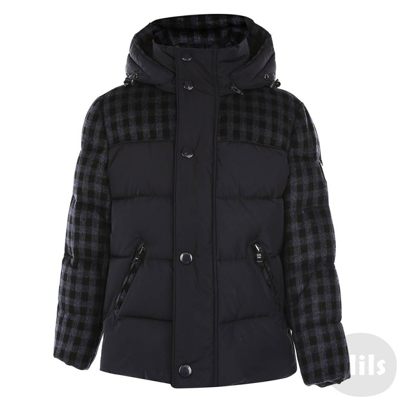 КурткаКуртка-пуховик темно-синегоцвета марки JUMS длямальчиков.Теплая куртка от латвийского бренда JUMS обязательно понравится мальчикам. Верхняячасть куртки и рукава выполнены из шерстяного материала. Курткасо съемным капюшоном и двумя карманами на молниирегулируется на талии с помощью шнурка со стопперами.Эта стильная куртка убережет ребенка от холода в морозные месяцы: его наполнитель на 90% состоит из натурального гусиного пуха и на 10% - из пера.<br><br>Размер: 2 года<br>Цвет: Темносиний<br>Рост: 92<br>Пол: Для мальчика<br>Артикул: 628996<br>Страна производитель: Латвия<br>Сезон: Осень/Зима<br>Состав: 100% Полиэстер<br>Состав верха: 55% Шерсть, 35% Район, 10% Полиамид<br>Состав подкладки: 100% Полиамид<br>Бренд: Латвия<br>Наполнитель: 90% Пух, 10% Перо<br>Температура: до -30°