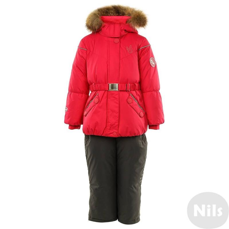 КомплектЗимний комплект ярко-розовогоцвета марки Nels для девочек.<br>Зимний комплект выполнен из дыщащей ветрозащитной грязеотталкивающейматовой мембранной ткани сводонепроницаемостью/воздухопроницаемостью 5000/5000. В качестве наполнителя выбранбелый утиный пух, который сохраняет тепло до -30С градусов.Верхняя ткань позволяет легко смывать грязь влажной тряпкой, не прибегая к частым стиркам.<br>Куртка ярко-розовогоцвета дополнена съемным капюшоном с натуральным мехом енота, имеет два кармана на кнопках, застегивается на молнию и кнопки. Куртка оснащена множеством светоотражающих деталей для безопасности ребенка в темное время суток.Внутренняя часть ворота и планки отделаны мягким трикотажем,регулируемые кулиски на капюшоне и талии, а также трикотажные манжеты на рукавах дополнительно защищают от ветра и холода. Куртка дополнена регулируемым поясом-резинкой с пряжкой.<br>Брюки серого цвета с высокой грудкой и регулируемыми лямками застегиваются на молнию, имеют пояс на резинке, дополнены двумя карманами на молнии по бокам.К штанинам снизу прикреплены моющиеся пластиковые стопперы для ступней. Крепление стопперов на двухуровневых пуговицах и внутренние манжеты на штанинах позволяют менять расстояние на вырост. Брюки также имеют множество светоотражающих деталей.<br><br>Размер: 6 лет<br>Цвет: Малиновый<br>Рост: 116<br>Пол: Для девочки<br>Артикул: 632606<br>Бренд: Финляндия<br>Страна производитель: Китай<br>Сезон: Осень/Зима<br>Состав верха: 100% Полиэстер<br>Состав низа: 100% Полиэстер<br>Состав подкладки: 100% Полиэстер<br>Наполнитель: 80% Пух, 20% Перо<br>Температура: до -30°