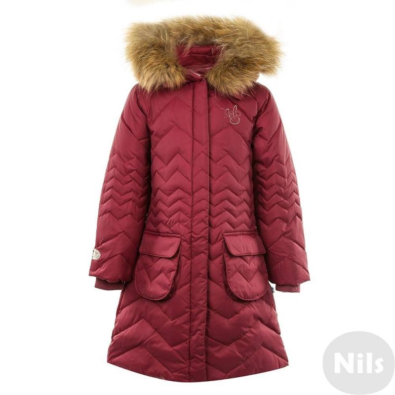 ПальтоСтеганое пуховоепальто сливовогоцвета марки Nels для девочек. Пальто выполнено из дышащей плотнойматовой ткани с водо- и воздухонепроницаемостью. Нваполнитель из белого утиногопуха сохраняет тепло до -30С градусов. Ткань имеет грязеотталкивающую пропитку, благодаря чему за ней легко ухаживать.<br>Пальто дополнено капюшономсо съемным на кнопках натуральным мехом енота. Пальто имеет прямой силуэт, на поясе два накладныхкармана на молнии, а такжеодин небольшой внутренний карман. Регулируемые кулиски на капюшоне и талии,а также трикотажные манжеты на рукавах дополнительно защищают от ветра и холода. Пальто имеет фирменные светоотражающие детали Nels для безопасности в темное время суток.<br><br>Размер: 5 лет<br>Цвет: Сливовый<br>Рост: 110<br>Пол: Для девочки<br>Артикул: 632638<br>Бренд: Финляндия<br>Страна производитель: Китай<br>Сезон: Осень/Зима<br>Состав: 100% Полиамид<br>Состав подкладки: 100% Полиэстер<br>Наполнитель: 80% Пух, 20% Перо<br>Температура: до -30°