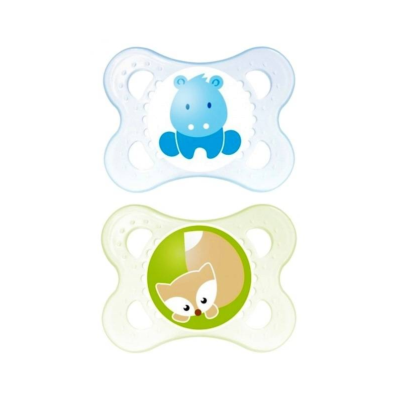 Пустышка из латекса 2 шт. 0-6 месяцевПустышка из латекса Original марки МАМ с 0 до 6 месяцев, 2 шт. в наборе.<br>Симметричность соска этой пустышки поможет предотвратить неправильный прикус молочных зубов младенца, а форма защитной пластины позволит обеспечить необходимую вентиляцию.Контейнер, который входит в комплектацию, может быть не только удобен при переноске пустышек, но и способствует стерилизации. Стерилизовать пустышки теперь можно просто в микроволновой печи, без дополнительного оборудования.<br>В комплекте пустышки двух цветов: зеленого цвета с рисунком лисенок и синего с рисунком бегемотик.<br><br>Возраст от: 0 месяцев<br>Пол: Не указан<br>Артикул: 633992<br>Бренд: Австрия<br>Страна производитель: Венгрия<br>Размер: от 0 до 6 месяцев