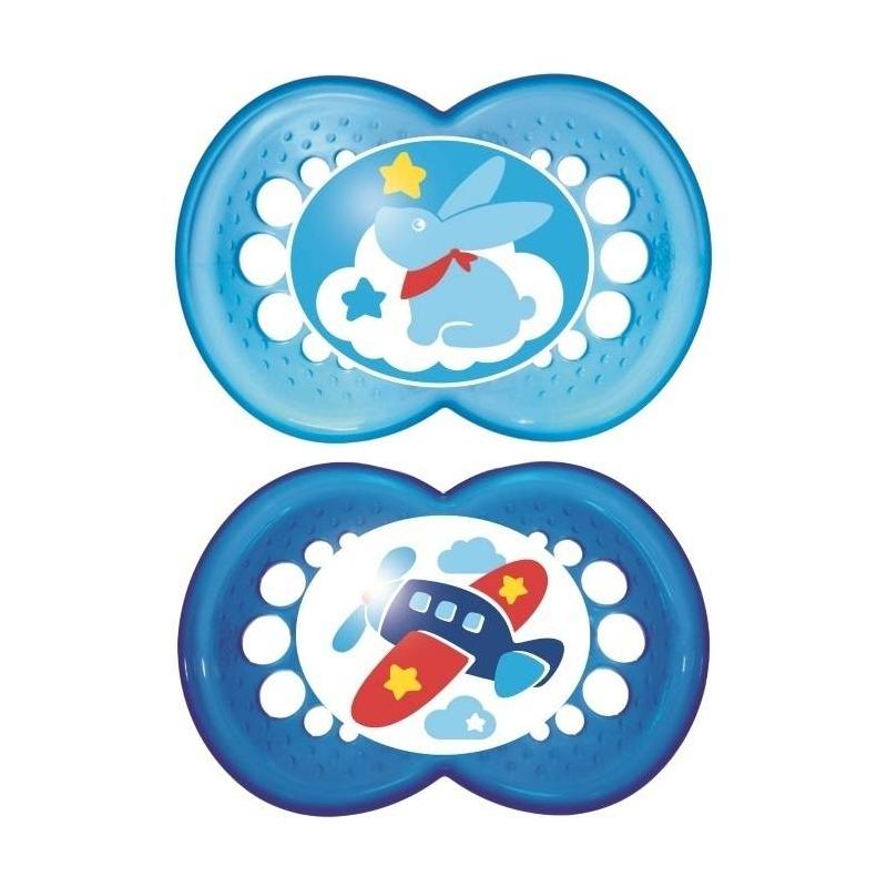 Пустышка из латекса 2 шт. 6-16 месяцевПустышка из латекса Original марки МАМ с6до 16 месяцев, 2 шт. в наборе.<br>Легкая и воздушная пустышка сприятным оформлением. Как и все остальные пустышки, эта создана с учетом ортодонтических особенностей прикуса ребенка в возрасте от 6 месяцев.Симметричность соски этой пустышки поможет предотвратить неправильный прикус молочных зубов младенца, а форма нагубника позволит обеспечить необходимую вентиляцию.<br>В комплекте - контейнер для стерилизации в микроволновой печи.<br>Не содержит бисфенол А.<br>В наборе пустышки двух расцветок: синего цвета с рисунком самолет и голубого с рисунком зайчик.<br><br>Возраст от: 6 месяцев<br>Пол: Для мальчика<br>Артикул: 633996<br>Страна производитель: Венгрия<br>Бренд: Австрия<br>Размер: от 6 месяцев
