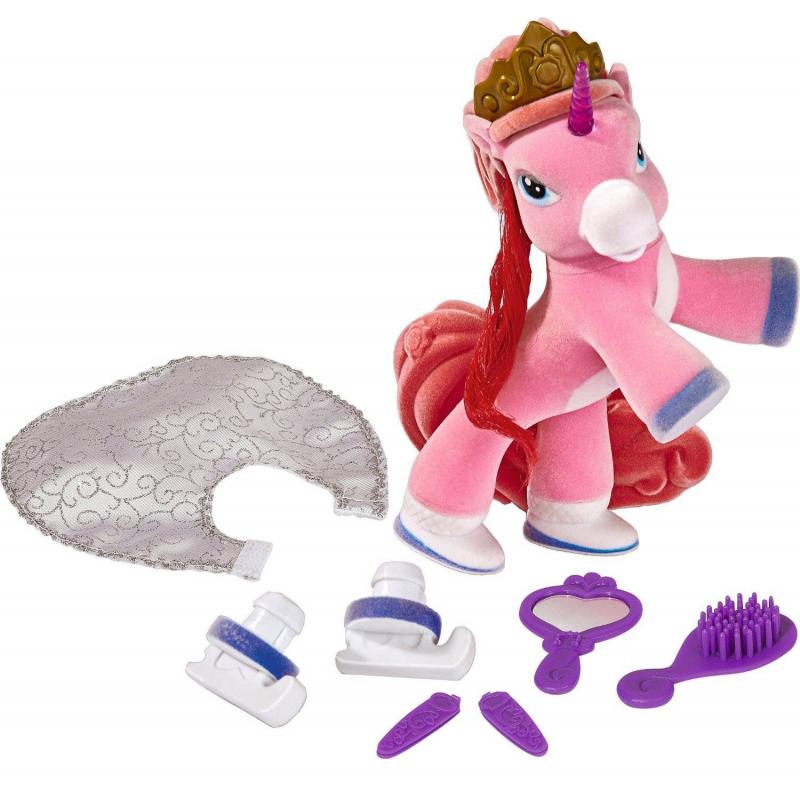 Лошадка-единорогИгрушка Лошадка-единорог от бренда Simba.<br>Единорог-девочка обожает модничать. Она носит серебристый плащ, а ее грива красиво уложена волнами. Голубые волосы и хвост лошадки красиво сочетаются с белой шерсткой на теле. Их можно украсить, используя прилагаемые заколки и расческу. Также в комплект входит зеркальце: в нем единорожек оценит результаты юного дизайнера.Лошадка сделана из очень мягкого материала. Ее приятно гладить и трогать. Волшебный рог единорога загорается в темноте розовым цветом. Единорог и аксессуары к нему упакованы в аккуратную фирменную коробочку.<br>Размеры упаковки:19 х 20 х 15 см<br><br>Возраст от: 3 года<br>Пол: Для девочки<br>Артикул: 634572<br>Бренд: Германия<br>Размер: от 3 лет