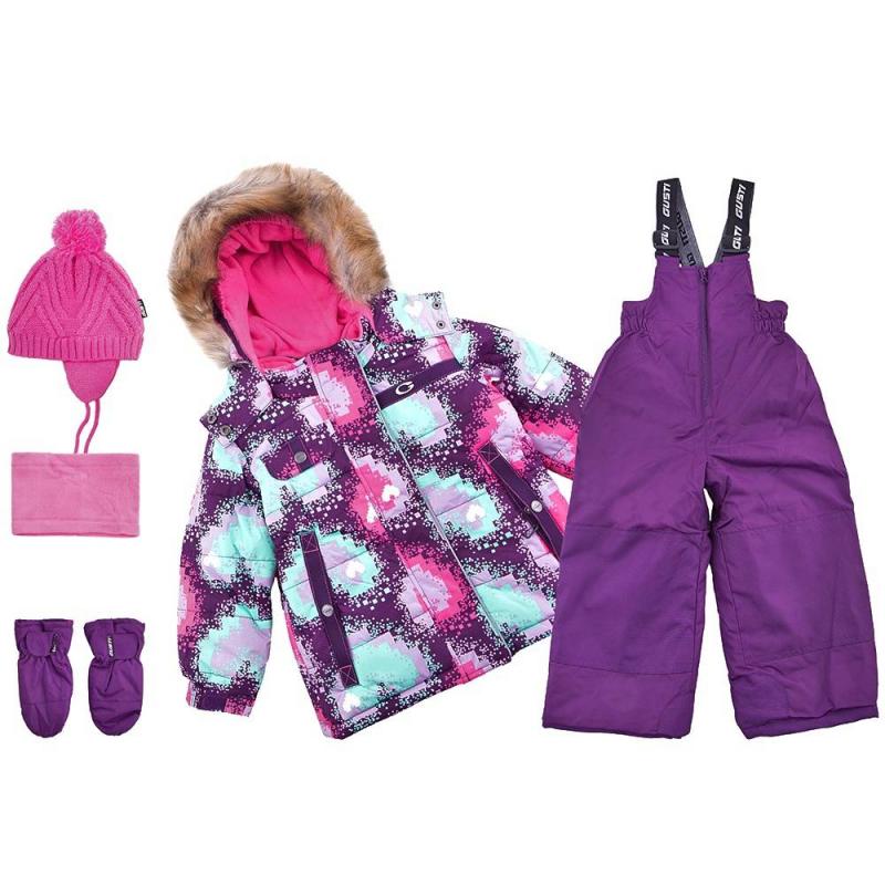 КомплектКомплект куртка + полукомбинезон + шапочка + варежки + манишка фиолетовогоцвета марки Gusti серииBoutique длядевочек.<br>Теплый комплект позволит девочкев полной мере наслаждаться прогулками и спортом на свежем зимнем воздухе. Набор не сковывает движений благодаря практичному крою. В основе изделий – плотная водонепроницаемая ткань (5000 мм), дополненная мембраной, которая позволяет коже дышать, но не дает ребенку замерзнуть. Курточка из комплекта утеплена флисовой подкладкой и практичными резинками, которые защищают руки, шею и спинку ребенка от переохлаждения. Куртка дополнена удобным отстегивающимся капюшоном с меховой опушкой. Также куртка имеет множество полезных деталей: внешние и внутренние карманы, защитную юбку, специальную застежку, которая защищает шею от холода, надежные манжеты с клапаном, защиту от расстегивания молнии и многое другое.<br>Полукомбинезон застегивается с помощью молнии, на талии хорошо фиксируется и прилегает к телу, не пуская холод. Это изделие с регулируемым лямками подшито износостойкими элементами - ребенок может спокойно заниматься активными видами спорта, не боясь падений. Комплект выполнен в яркой модной расцветке. Такой наряд легко прослужит девочкене один сезон.<br>Состав:верх - полиэстер,подкладка - флис,утеплитель - полифилл.Легкие загрязнения удаляются влажной губкой.<br><br>Размер: 3+ года<br>Цвет: Фиолетовый<br>Рост: 100<br>Пол: Для девочки<br>Артикул: 633435<br>Сезон: Осень/Зима<br>Состав: 100% Полиэстер<br>Состав подкладки: 100% Полиэстер<br>Бренд: Канада<br>Наполнитель: 100% Полиэстер<br>Покрытие: Полиуретан<br>Температура: до -30°