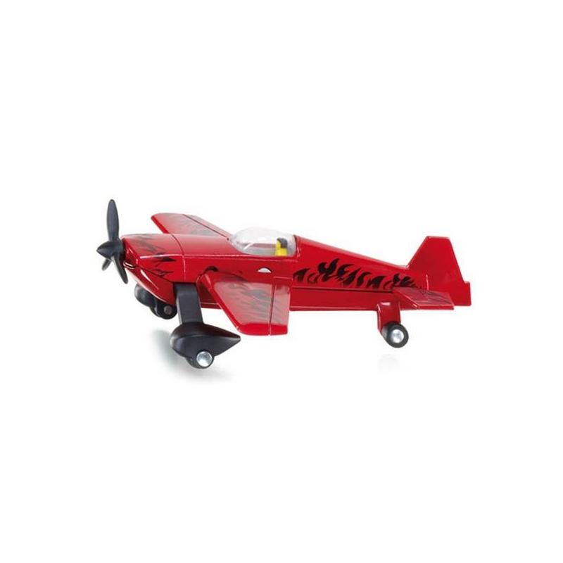 СамолетИгрушка марки Siku Самолет.<br>Детализированная модель самолета, сделанная в масштабе 1:87. Выпускается под немецким брендом SIKU.Самолет с реалистичным дизайном, все его детали сделаны из разных материалов. Пропеллер вращается, а шасси надежно держат самолет на поверхности. Посмотрите на его крылья, на них обозначены элероны и закрылки для управления самолетом. Это позволяет добиться максимального сходства с оригиналом. Согласитесь, с такой игрушкой ребенку будет интересно играть. Она одновременно развлекает и помогает познавать окружающий мир. Кроме того, за игрой у ребенка развиваются: мелкая моторика, внимательность, координация, воображение.Материалы – металл, пластмасса, резина.<br>Разме: 8,4 см х 8,4 см х 3,5 см.<br><br>Возраст от: 3 года<br>Пол: Для мальчика<br>Артикул: 634704<br>Бренд: Германия<br>Размер: от 3 лет
