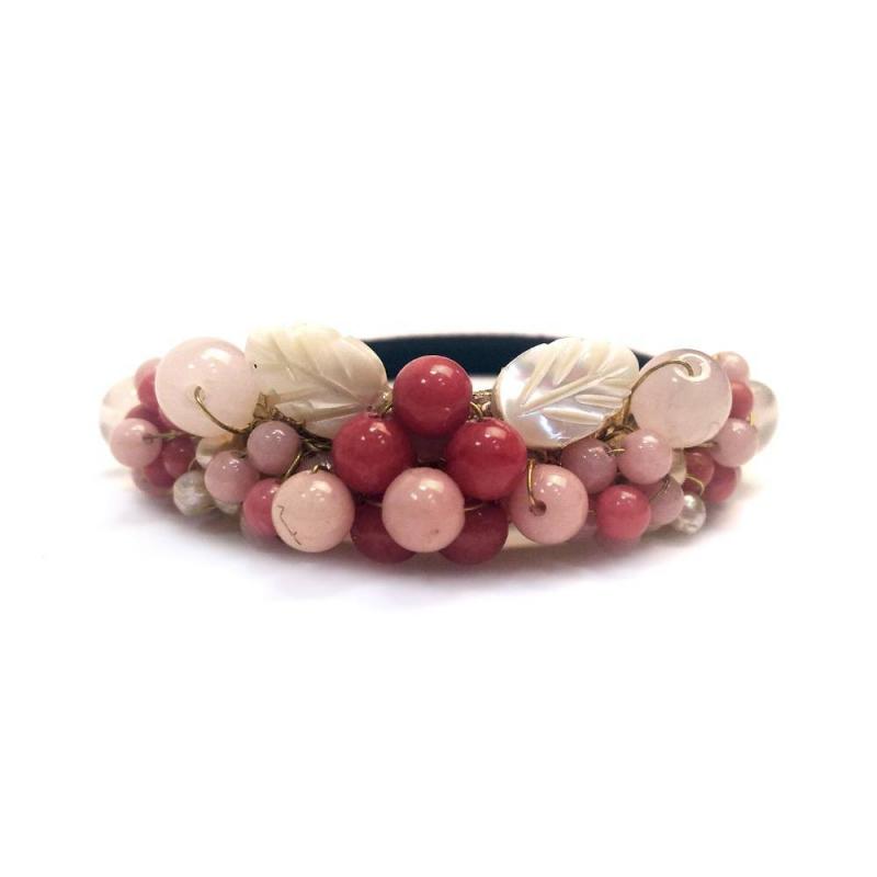 Резинка для волосРезинка для волос розовогоцвета маркиInfinity Art.<br>Нежная резинка декорирована россыпью натуральных камней и листиками из перламутра. Резинка выгодно подчеркнет любую прическу.<br><br>Цвет: Розовый<br>Пол: Для девочки<br>Артикул: 639889<br>Страна производитель: Китай<br>Бренд: Китай<br>Размер: Без размера