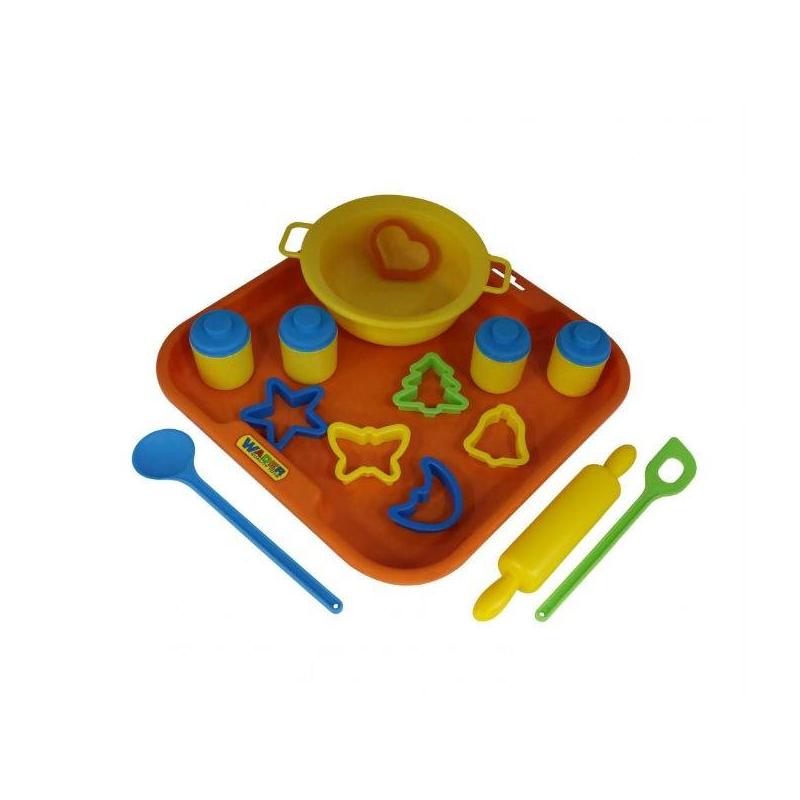 Набор посуды для выпечки с подносом №1Набор посуды для выпечки с подносом №1марки Полесье. Все игровые элементы выполнены в приятных тонах. Игровые элементы выполнены из прочного, безопасного для детей пластика. Не тяжелый, такой детский набор можно легко брать с собой в дорогу. Его можно комбинировать с другими игрушечными наборами.<br>Комплектация: миска с ручками, 2 ложки,скалка,6 формочек,поднос,4 баночки.<br><br>Возраст от: 3 года<br>Пол: Для девочки<br>Артикул: 634121<br>Бренд: Белоруссия<br>Размер: от 3 лет