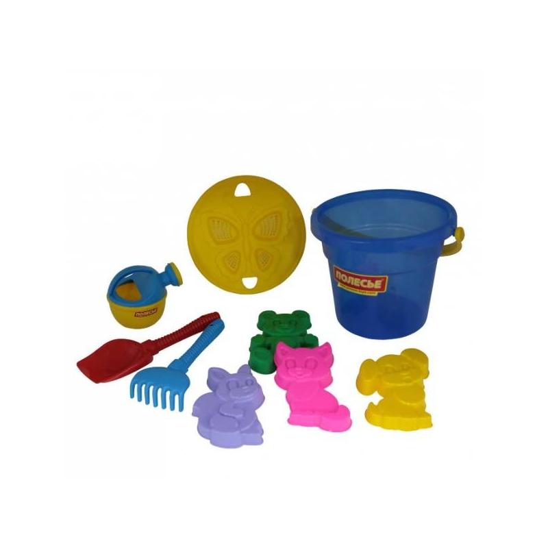 Набор для песочницы №246Набор для песочницы№246с ведерком синегоцвета марки Полесье. Игровой набор выполнен в ярких, привлекающих внимание ребенка цветах. Все элементы игрушки выполнены из высококачественного, ударопрочного пластика. Подходит для детей в возрасте от 2 лет.<br>Комплектация:ведро, сито, лопатка, грабли, 4 формочки в виде зверей, лейка.<br><br>Цвет: Синий<br>Возраст от: 2 года<br>Пол: Для девочки<br>Артикул: 635035<br>Бренд: Белоруссия<br>Размер: от 2 лет