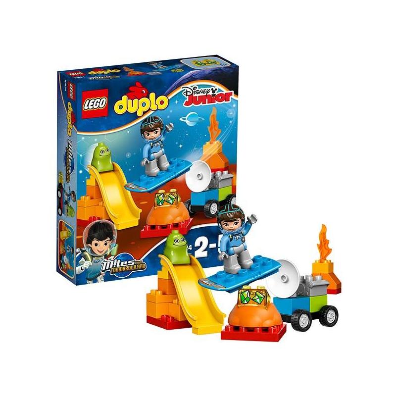Конструктор Дупло Космические приключения МайлзаКонструктор ДуплоКосмические приключения Майлза марки LEGO.<br>Отправляйтесь в космическое приключение с набором от Лего, и вы сможете прокатиться по супер-горке, собрать космический вездеход, отлично повеселиться с бластбордом. Вместе с яркими и красивыми деталями и кубиками ваш малыш посетит самые отдаленные уголки нашей Вселенной!<br>В наборе:<br>- супер-горка<br>- сборный вездеход<br>- бластборт<br>- фигурка астронавта<br>Кол-во деталей:23<br>Размеры упаковки: 26 х 6 х 22см<br><br>Возраст от: 2 года<br>Пол: Не указан<br>Артикул: 642729<br>Бренд: Дания<br>Лицензия: Disney<br>Размер: от 2 лет