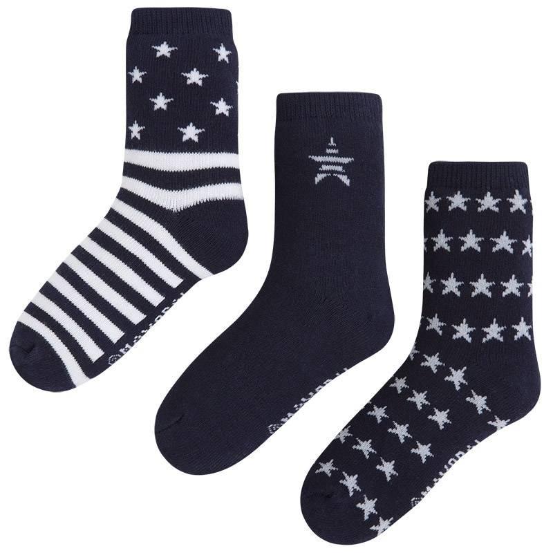 Комплект носковКомплект носков темно-синегоцвета марки Mayoralдля мальчиков.<br>В комплект входит три пары хлопковых носков. Носочки выполнены в бело-синих тонах и декорированыбелыми полосками и звездами.<br><br>Размер: 4 года<br>Цвет: Темносиний<br>Рост: 104<br>Пол: Для мальчика<br>Артикул: 644221<br>Страна производитель: Китай<br>Сезон: Всесезонный<br>Состав: 77% Хлопок, 20% Полиамид, 3% Эластан<br>Бренд: Испания