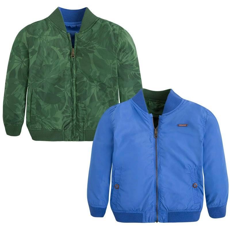Двухсторонняя ветровкаДвухсторонняя ветровка зеленого цвета маркиMayoralдля мальчиков.<br>Легкая ветровка выполнена в насыщенном цвете и подчеркнута тропическим принтом, а также дополнена карманами. Вторая сторона выполнена в голубом цвете и так же имееткарманы.<br><br>Размер: 7 лет<br>Цвет: Зеленый<br>Рост: 122<br>Пол: Для мальчика<br>Артикул: 643935<br>Страна производитель: Китай<br>Сезон: Весна/Лето<br>Состав: 100% Полиэстер<br>Состав подкладки: 100% Полиэстер<br>Бренд: Испания<br>Вид застежки: Молния