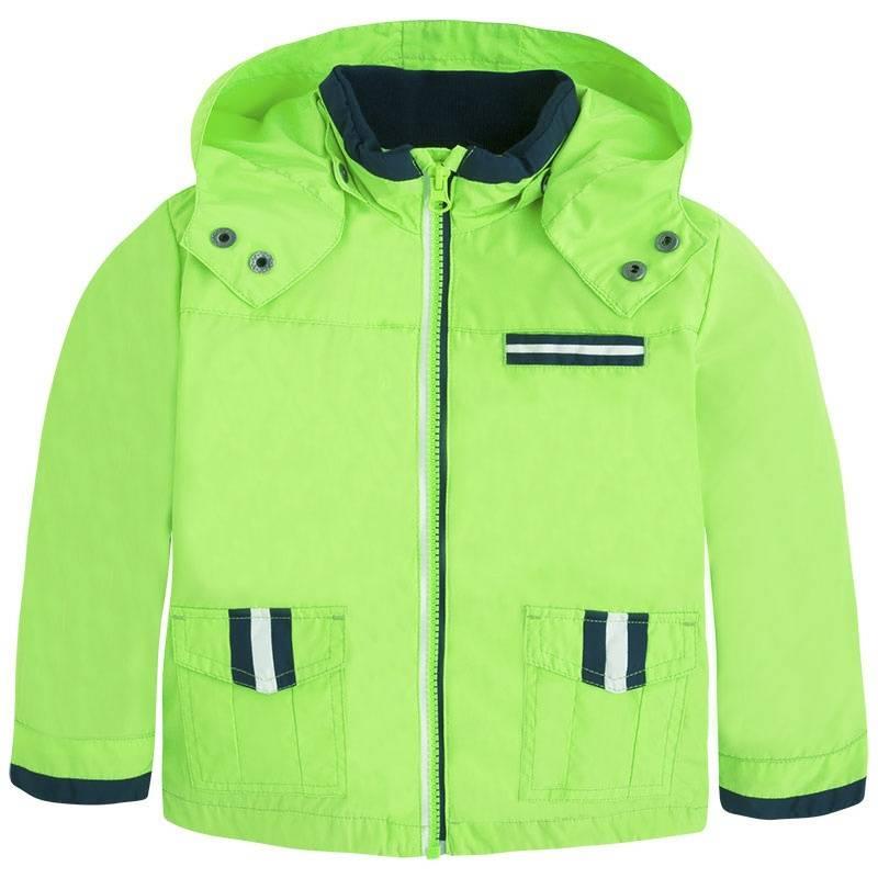 ВетровкаВетровказеленогоцвета маркиMayoralдля мальчиков.<br>Ветровка на подкладке выполнена в яркомцвете и выгодно подчеркнута темно-синими вставками. Модель дополнена карманами и отстегивающимся капюшоном, а также логотипом бренда.<br><br>Размер: 4 года<br>Цвет: Зеленый<br>Рост: 104<br>Пол: Для мальчика<br>Артикул: 643925<br>Страна производитель: Китай<br>Сезон: Весна/Лето<br>Состав: 100% Полиэстер<br>Состав подкладки: 65% Полиэстер, 35% Хлопок<br>Бренд: Испания<br>Вид застежки: Молния
