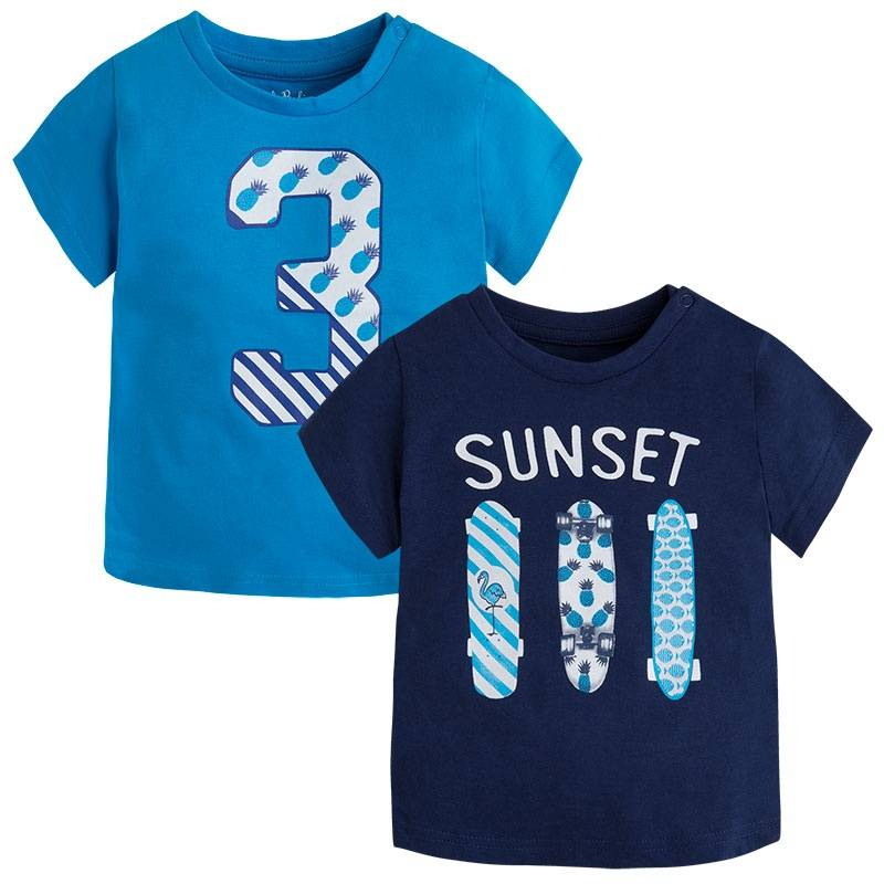 Комплект футболокКомплект футболок 2 шт.синегоцвета марки Mayoralдля мальчиков.<br>В комплект входит две модные футболки с коротким рукавом, выполненные из чистого хлопка. Тёмно-синяя футболка украшена принтом с надписью SUNSET и изображением трёх скейтбордов. Ярко-голубая футболка декорированастильным принтом с изображением цифры 3. Модель дополнена кнопками на плечевом шве для удобства переодевания малыша.<br><br>Размер: 2 года<br>Цвет: Синий<br>Рост: 92<br>Пол: Для мальчика<br>Артикул: 647005<br>Бренд: Испания<br>Страна производитель: Бангладеш<br>Сезон: Весна/Лето<br>Состав: 100% Хлопок