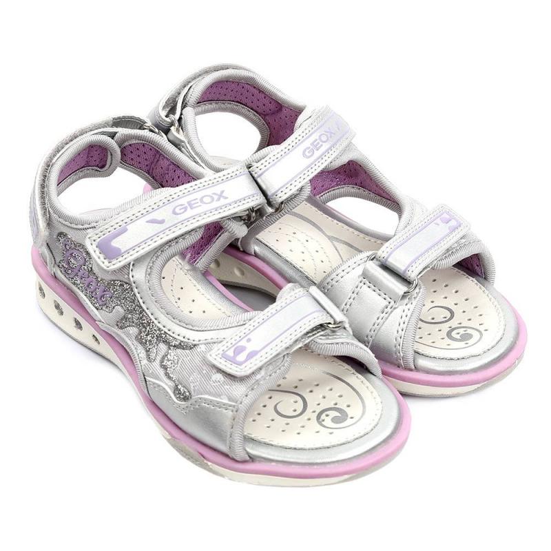 СандалииСандалиисерогоцвета марки GEOX для девочек.<br>Сандалии с эргономичной формой дополнены застежками-липучками, а также декорированы нежными вставками сиреневого цвета и блестками.При ходьбе включается подсветка.<br>Нескользящая гибкая подошва сводоотталкивающеймембраной хорошо дышит, что предотвращает перегревание стопы и сохраняет ножки сухими.Помимо этого, модель дополнена кожаной ударопрочной стелькой.<br><br>Размер: 32<br>Цвет: Серый<br>Пол: Для девочки<br>Артикул: 647325<br>Страна производитель: Китай<br>Сезон: Весна/Лето<br>Материал верха: Текстиль / Резина<br>Материал подкладки: Текстиль<br>Материал стельки: Натуральная кожа<br>Материал подошвы: Резина<br>Бренд: Италия