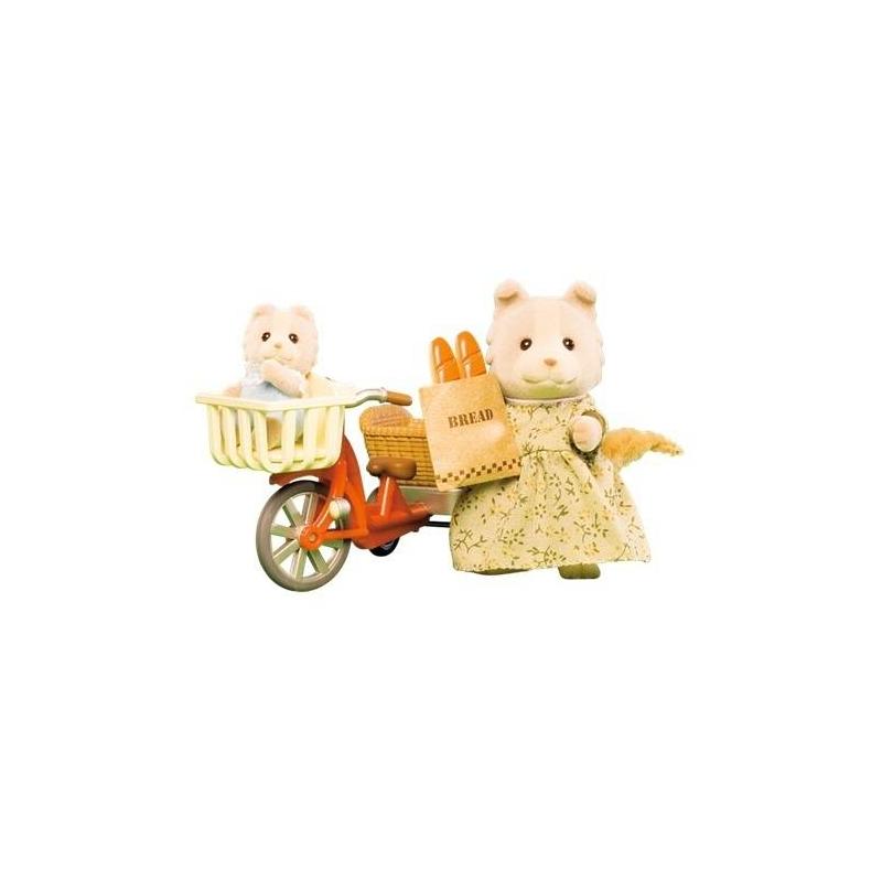Набор Велосипедная прогулкаНабор Велосипедная прогулка марки Sylvanian Families.<br>Мама-собачкаи малыш выполнены из приятного на ощупь бархатистого материала. Мамино платье и нарядмалыша при необходимости можно снять. На велосипеде мама с малышом могут отправиться в магазин за продуктами.<br>В набор входит: мама-собачка (8см.), малыш-щенок (4см.), велосипед сдетской люлькой икорзиной для продуктов,пакет с двумябатонами хлеба.<br><br>Возраст от: 4 года<br>Пол: Для девочки<br>Артикул: 653007<br>Бренд: Япония<br>Страна производитель: Китай<br>Размер: от 4 лет