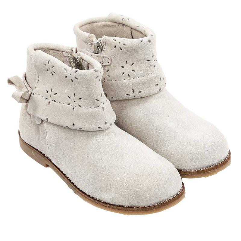 БотинкиБотинки серого цвета марки Mayoral для девочек.<br>Стильные ботинки с верхом и стелькой из натуральной кожи украшены декоративной перфорацией, а также милым бантиком. Модель с удобной колодкой застегивается на молнию и липучку.<br><br>Размер: 29<br>Цвет: Серый<br>Пол: Для девочки<br>Артикул: 647238<br>Страна производитель: Индия<br>Сезон: Весна/Лето<br>Материал верха: Натуральная кожа<br>Материал подкладки: Текстиль/Натуральная кожа<br>Материал стельки: Натуральная кожа<br>Материал подошвы: ТПР (термопластичная резина)<br>Бренд: Испания
