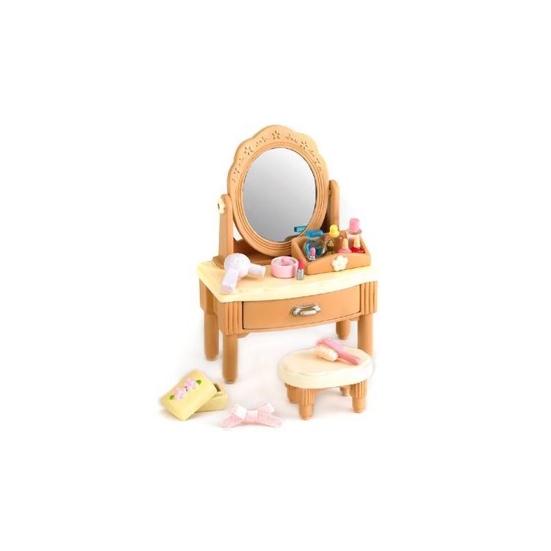 Набор Туалетный столикНабор Туалетный столик марки Sylvanian Families.<br>В набор входит: туалетный столик с зеркальцем, стульчик, подставка для хранения и разнообразные косметические принадлежности.<br><br>Возраст от: 4 года<br>Пол: Для девочки<br>Артикул: 653050<br>Страна производитель: Китай<br>Бренд: Япония<br>Размер: от 4 лет
