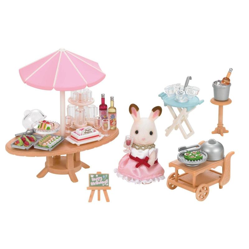 Набор Морская вечеринкаНабор Морская вечеринка марки Sylvanian Families.<br>В набор входит: фигурка кролика в милой одежде, стол с зонтиком, столик складной, тележка, подставка для ведерка, доска-мольберт, бутылочки, угощения и разнообразная посуда.<br><br>Возраст от: 3 года<br>Пол: Для девочки<br>Артикул: 653127<br>Страна производитель: Китай<br>Бренд: Япония<br>Размер: от 3 лет