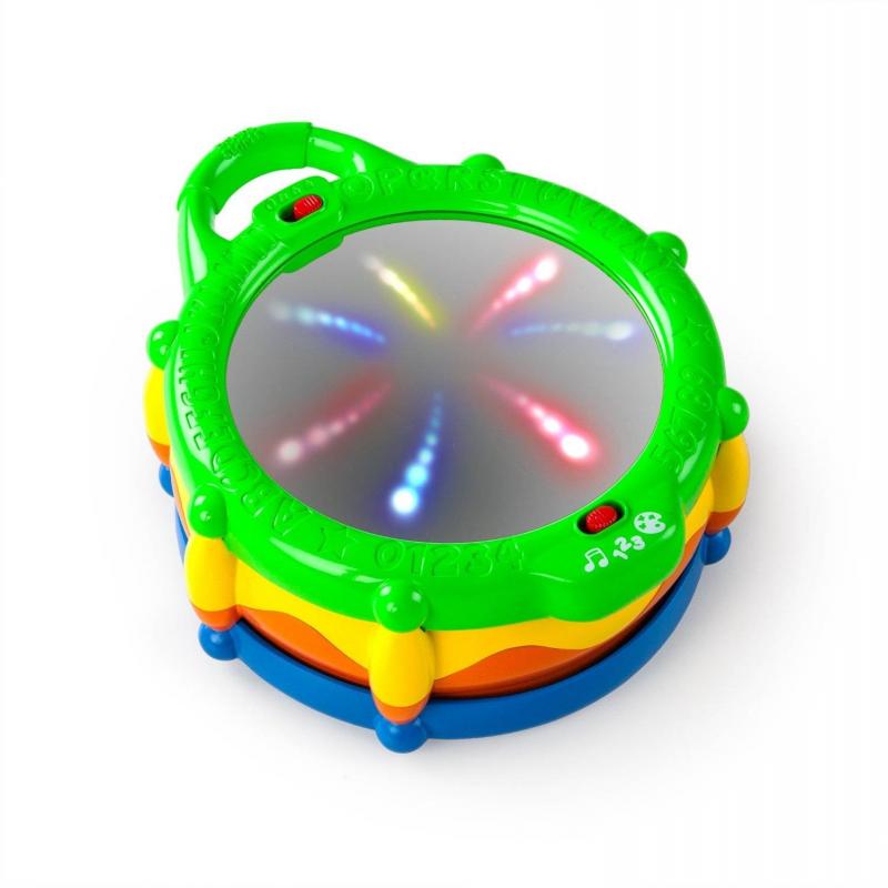 Развивающая игрушка БарабанРазвивающая игрушка Барабан марки Bright Starts.<br>Яркая красочная игрушка, простая и удобная, запрограммирована на 3 варианта взаимодействия с малышом. В простой игровой форме можно легко научиться считать и различать цвета.<br>В первом ознакомительном режиме ребенок просто наслаждается звуковым сопровождением и миганием огней, а во втором режиме начинает изучать названия цифр. Для того, чтобы начать отсчет достаточно просто ударить в барабан, при каждом новом ударе будет воспроизводиться название следующей цифры. В третьем варианте взаимодействия игрушка активирует световые элементы и ребенок запоминает названия цветов. Игрушка дополнена удобной ручкой для удобства переноски.<br>Размер: 22,5х9х16,5 см.<br><br>Возраст от: 6 месяцев<br>Пол: Не указан<br>Артикул: 653237<br>Бренд: США<br>Размер: от 6 месяцев