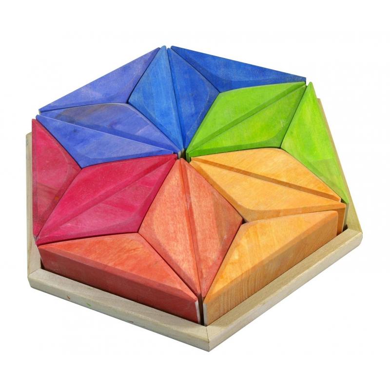 Конструктор Звезда ГетеКонструктор Звезда Гете марки Сказки дерева.<br>Конструктор станет отличным пособием для развития детской фантазии и пространственного мышления. Этот набор для создания футуристических сооружений состоит из 18-ти ярких элементов, которые в собранном виде составляют шестигранник.<br>После игры элементы конструктора можно уложить на поддон в форме шестигранника.<br><br>Возраст от: 3 года<br>Пол: Не указан<br>Артикул: 647509<br>Бренд: Россия<br>Размер: от 3 лет