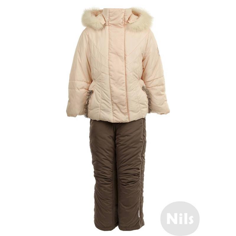 КомплектКомплект из куртки и полукомбинезона розовогоцвета марки PILGUNI для девочек.В изготовлении комплекта использован современный утеплитель Isosoft, очень легкий и теплый, не деформируется при стирке. Куртка имеет съемный капюшон с отстегивающейся отделкой из натурального меха и два кармана. Курткадекорирована кружевом и стразами Swarovski. Полукомбинезон с регулируемыми лямками застегивается на молнию и липучку спереди. На брюках есть внутренние манжеты для защиты от снега. Благодаря сборкам на коленях комбинезонне стесняет движений.<br><br>Размер: 5 лет<br>Цвет: Розовый<br>Рост: 110<br>Пол: Для девочки<br>Артикул: 605872<br>Страна производитель: Польша<br>Сезон: Осень/Зима<br>Состав: 100% Полиамид<br>Состав низа: 86% Полиэстер, 14% Полиуретан<br>Состав подкладки: 100% Ацетат<br>Бренд: Польша<br>Наполнитель: Isosoft 100% Полиэстер<br>Температура: до -25°