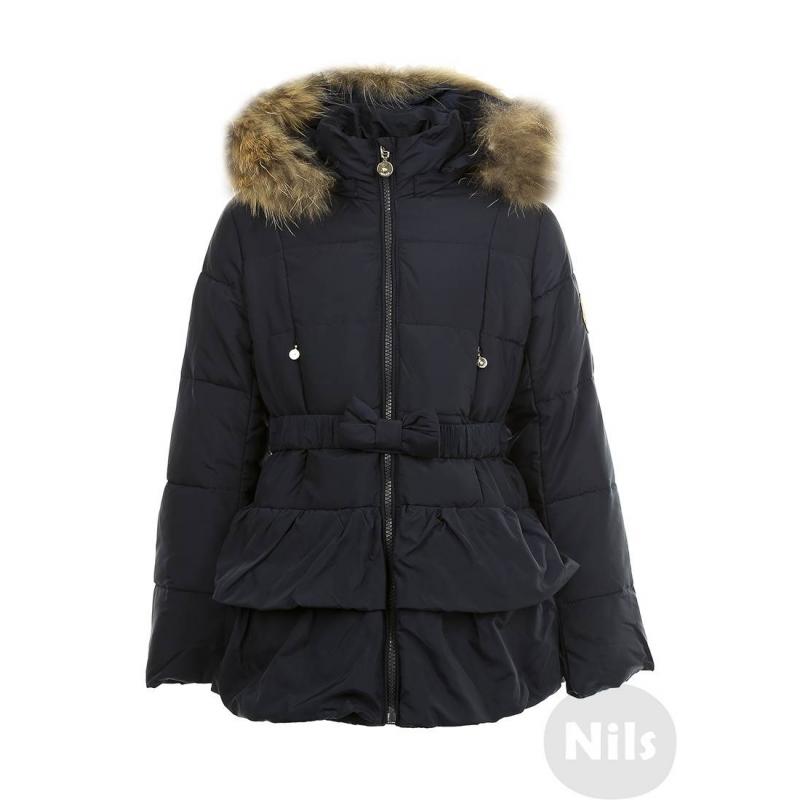 ПальтоТеплое пальто темно-синегоцвета марки PULKA для девочек. Очень теплое приталенноепальтосо съемным капюшоном и с рюшами на подоле сшито из полностью непродуваемого материала, поэтому хорошо защищает от ветра. Пальтозастегивается на молнию, есть два кармана спереди, а также съемный эластичный пояс на кнопках, украшенный бантом. Низ регулируется специальным шнурком. Подкладка из трикотажа с добавлением хлопка. На рукавах удобные внутренние манжеты. Съемная отделка капюшона выполнена из натурального меха (енот). Температурный режим: до -35° -40°<br><br>Размер: 6 лет<br>Цвет: Темносиний<br>Рост: 116<br>Пол: Для девочки<br>Артикул: 605980<br>Страна производитель: Китай<br>Сезон: Осень/Зима<br>Состав: 69% Полиэстер, 31% Нейлон<br>Состав подкладки: 65% Полиэстер, 35% Хлопок<br>Бренд: Италия<br>Наполнитель: 100% Полиэстер<br>Температура: до -35° -40°